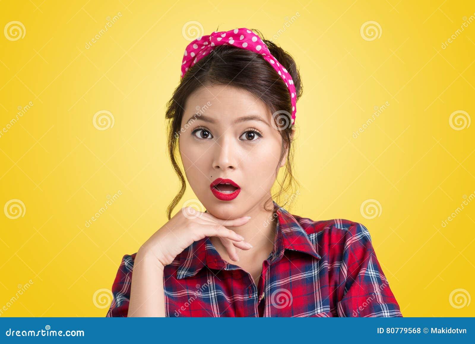 Retrato Retro De La Mujer Preciosa Con El Maquillaje Y El Peinado P