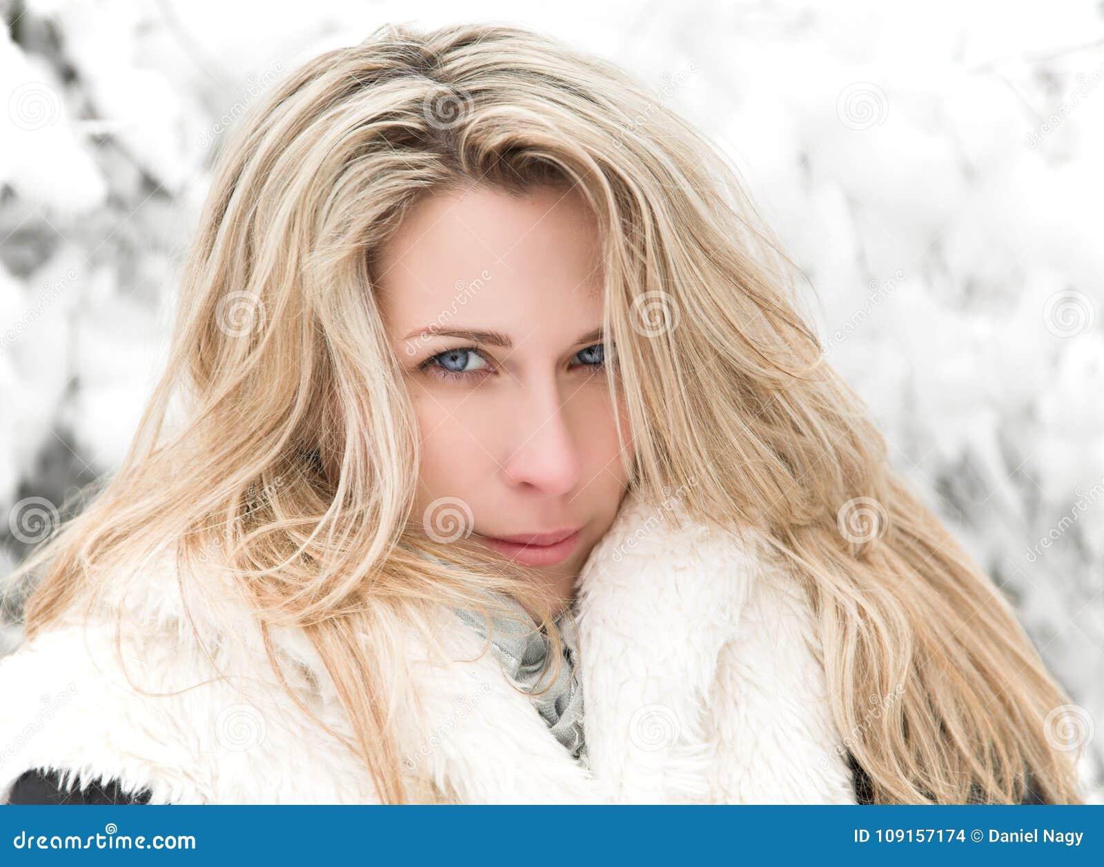 Retrato rubio de la mujer del pelo largo hermoso, invierno, fondo nevado de los árboles