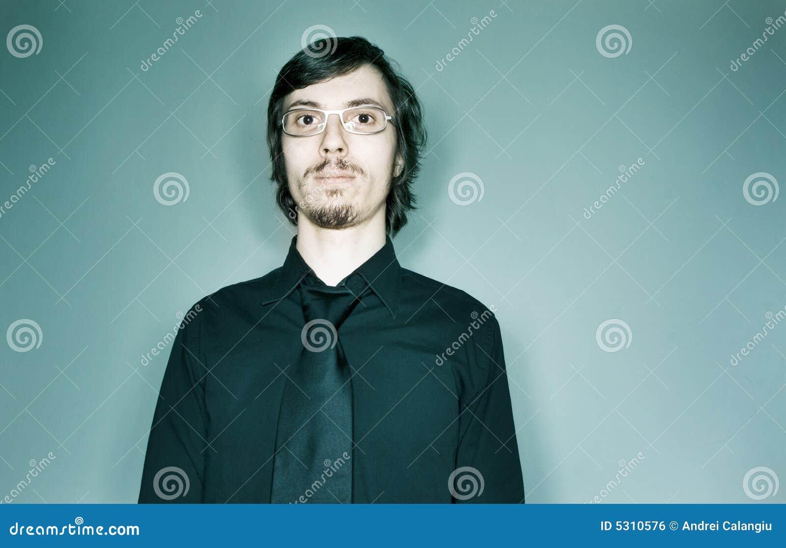 Retrato sério do homem novo
