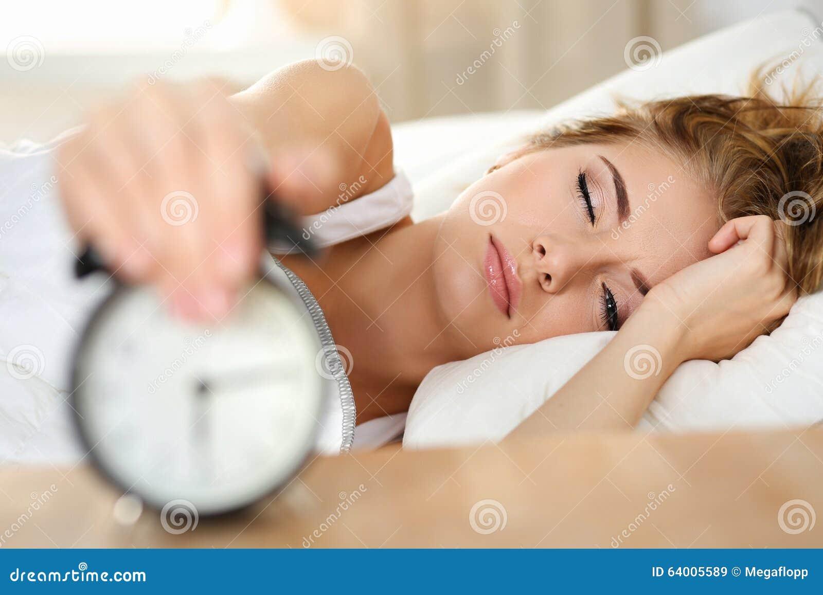 Retrato soñoliento de la mujer joven con un alar abierto de la matanza del ojo que intenta