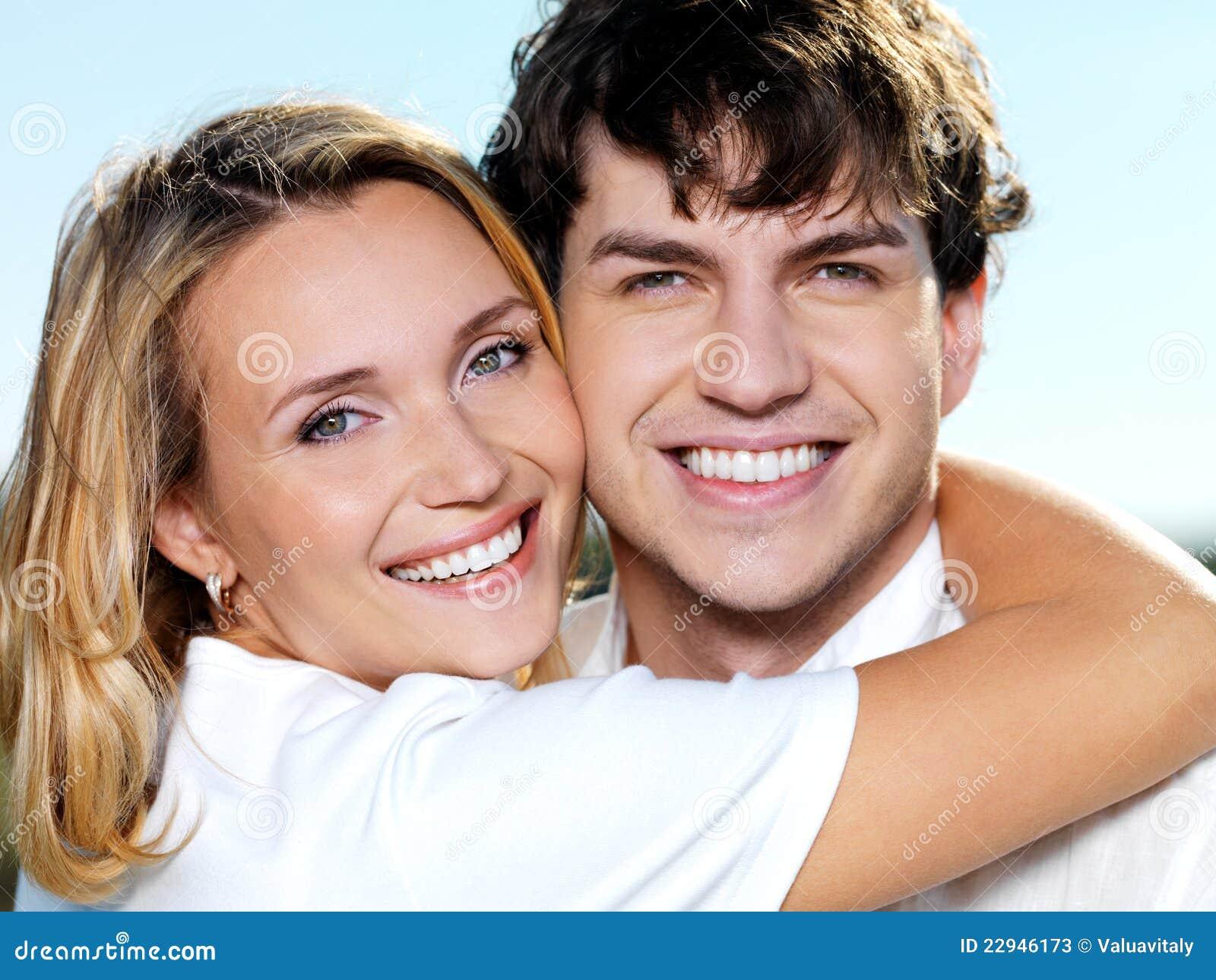 Retrato sonriente feliz de los pares en la naturaleza