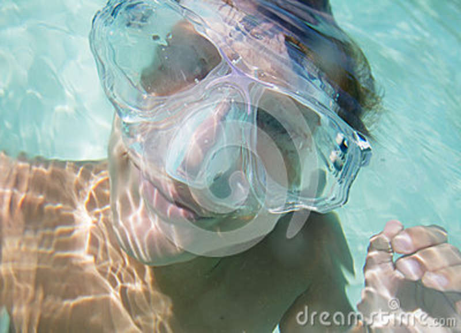 Retrato subaquático do menino, mergulhando na máscara