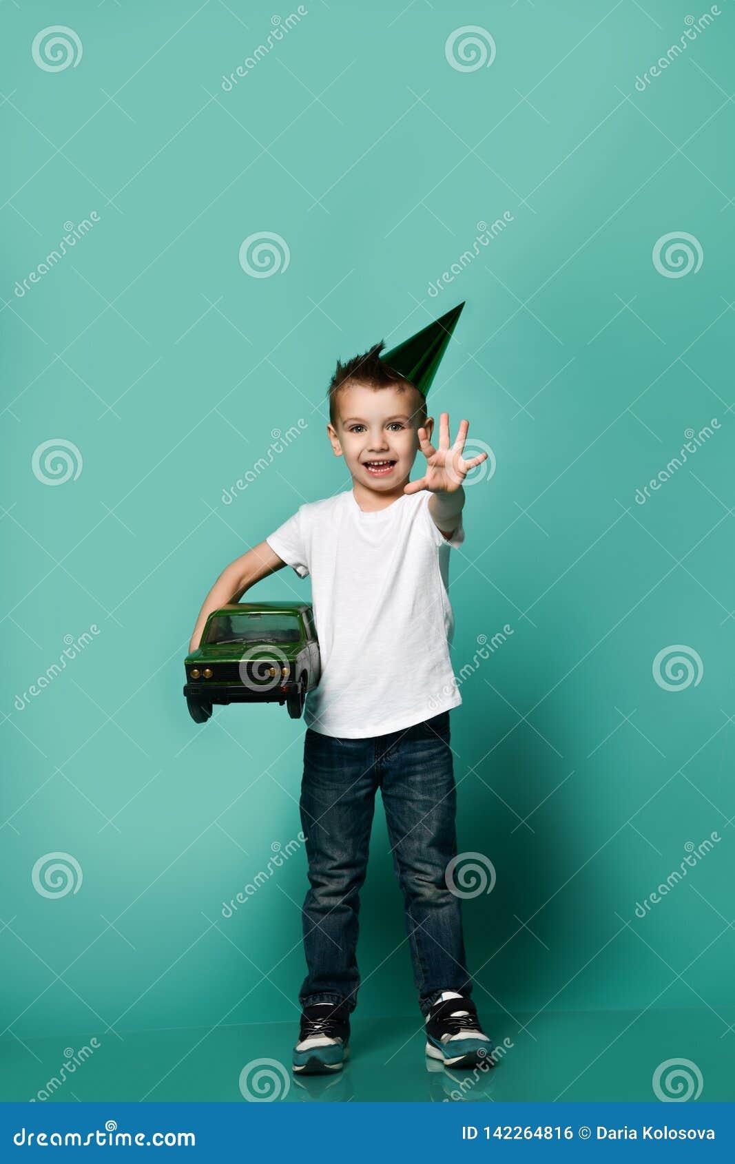 Retrato vestindo do estúdio do presente da terra arrendada da mão do chapéu do partido de Little Boy