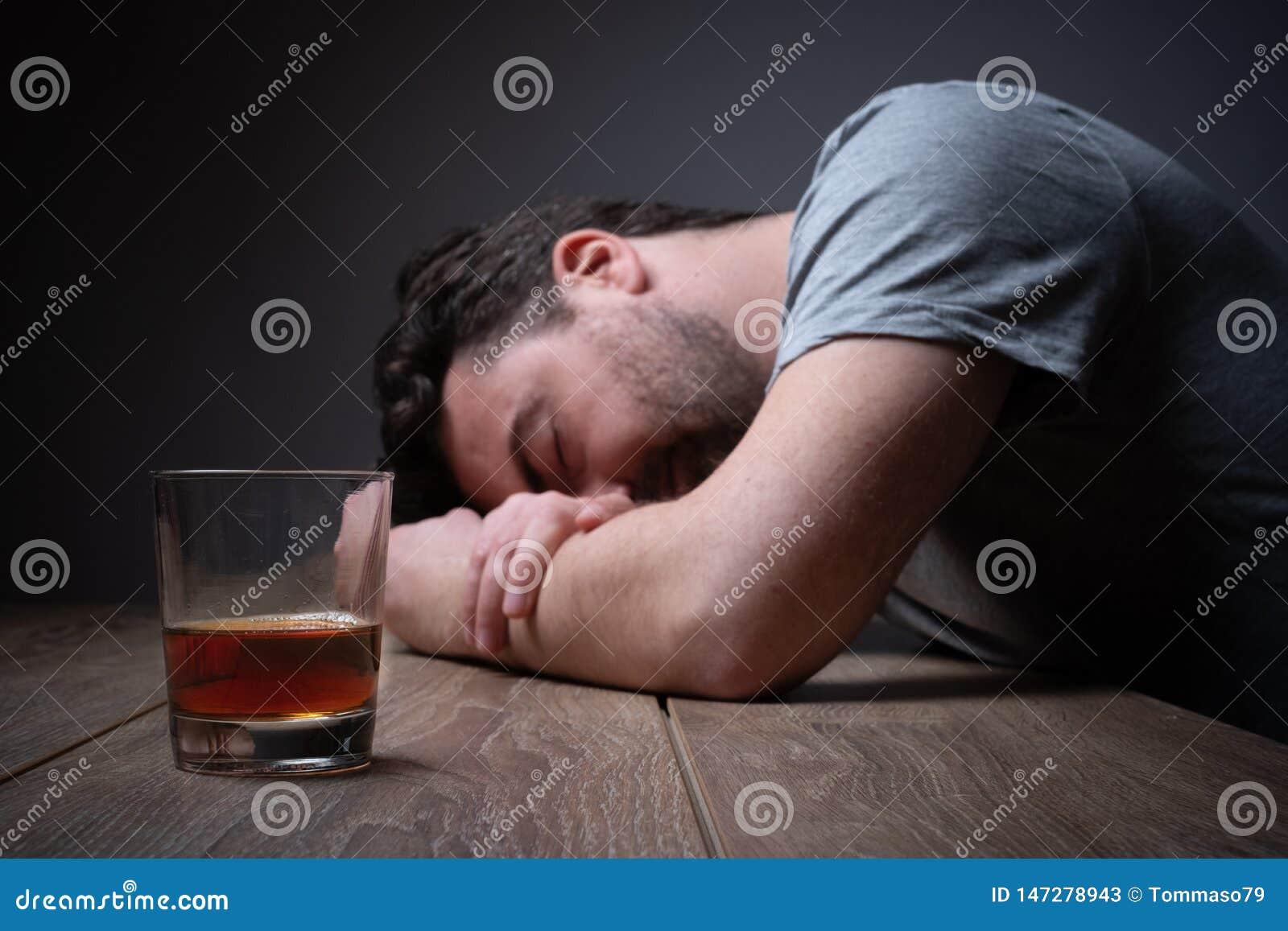 Retrato viciado do homem do ?lcool apenas com garrafa do esp?rito