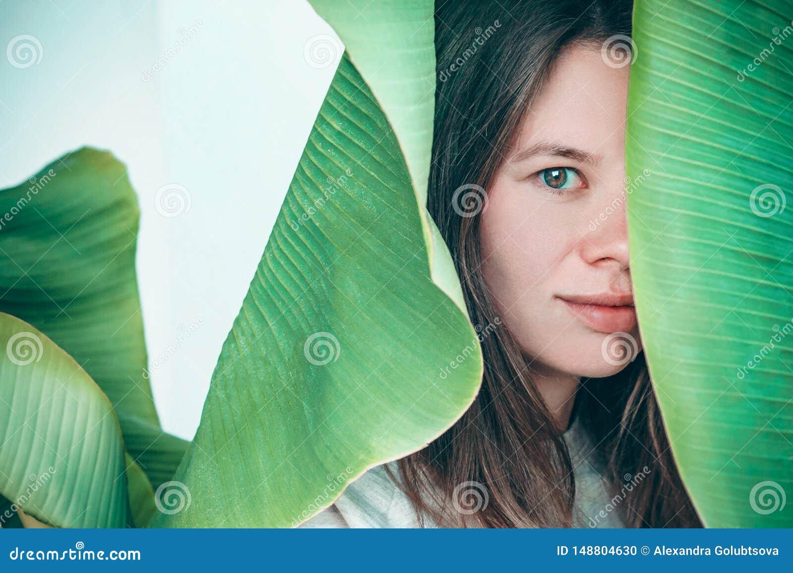 Retrato womant bonito da planta