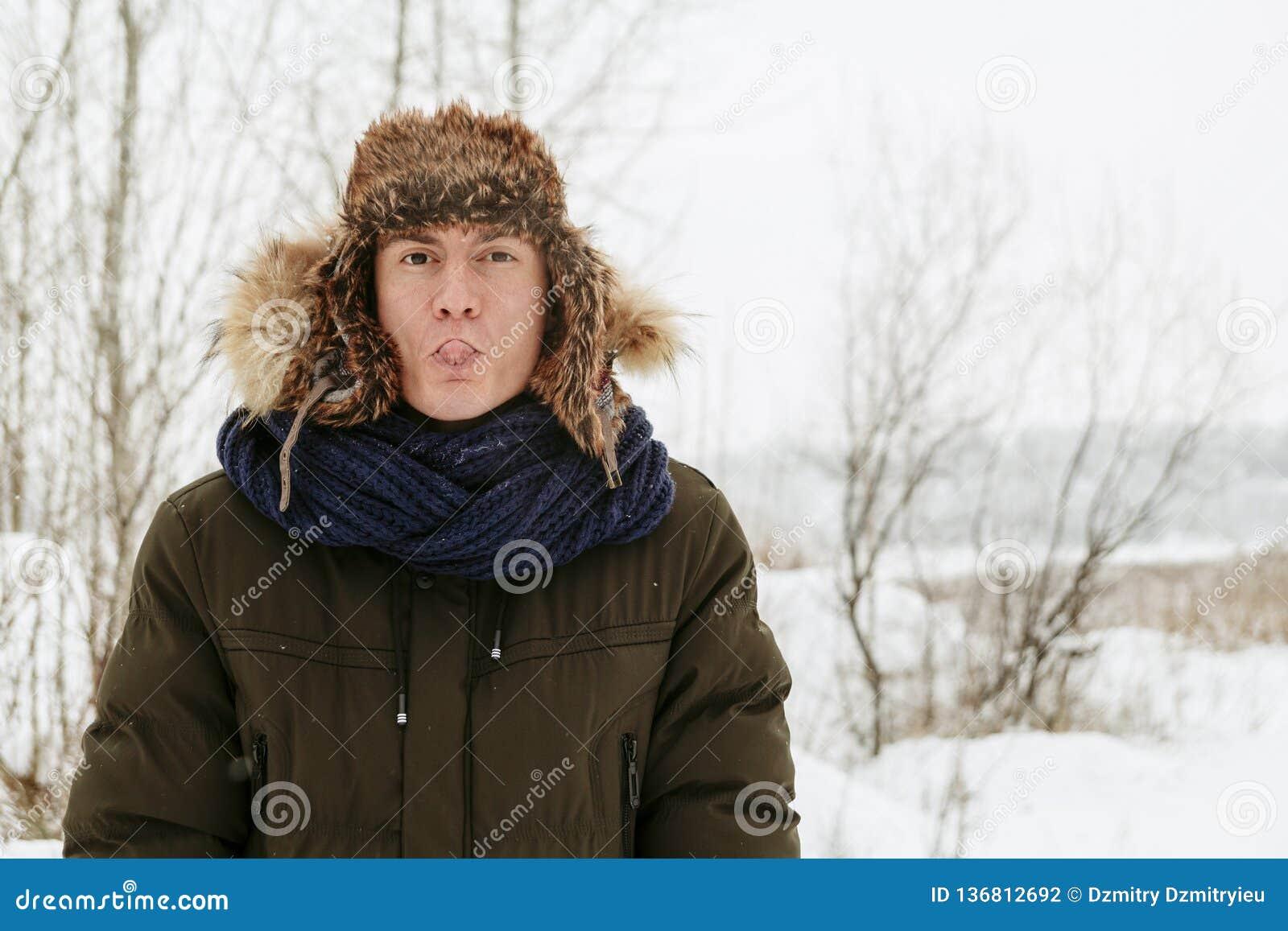 Retratos del invierno de un individuo en naturaleza