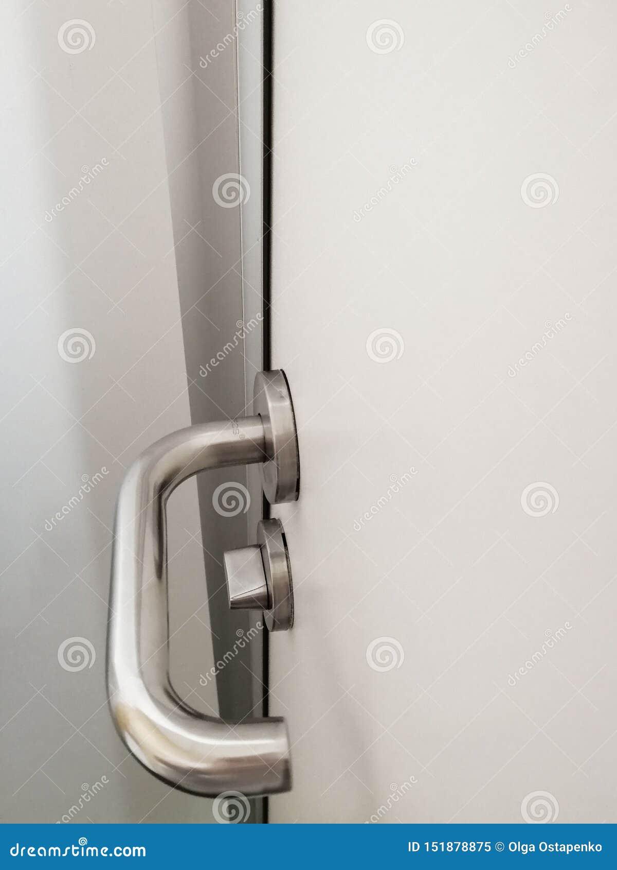 Retrete blanco de la puerta de la cerradura de la manija del metal
