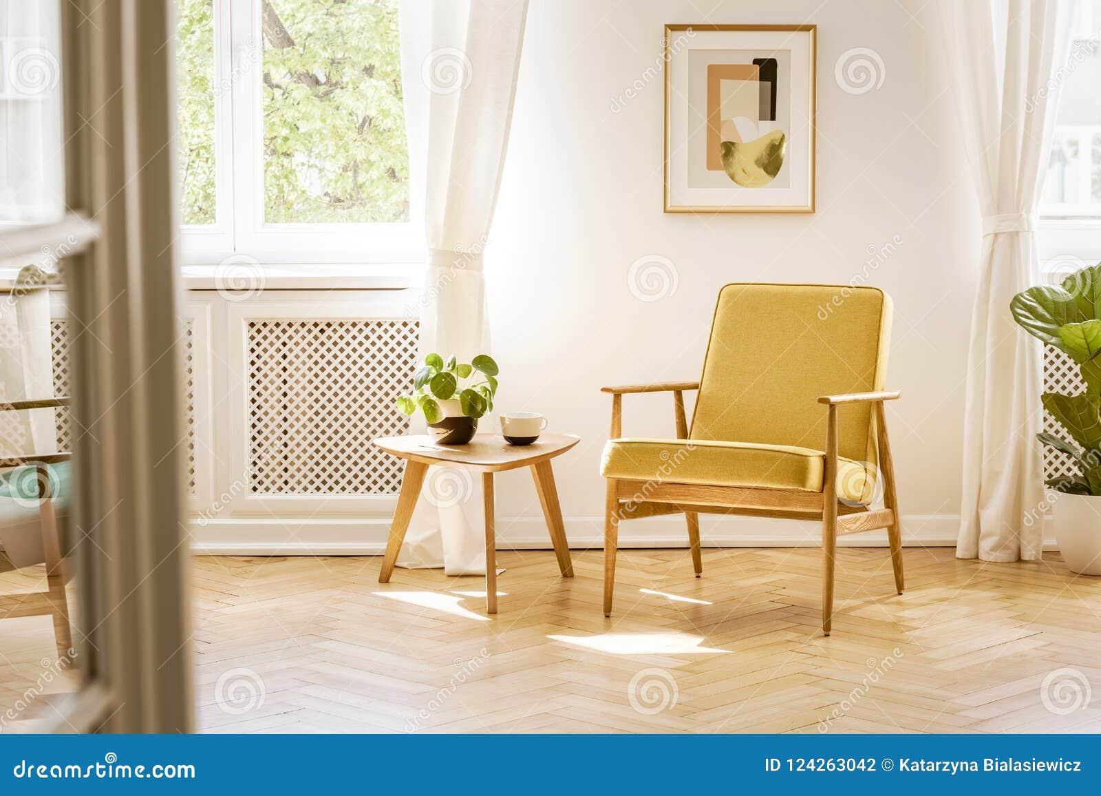 Retro, żółty karło, i drewniany stół w pięknym, sunn