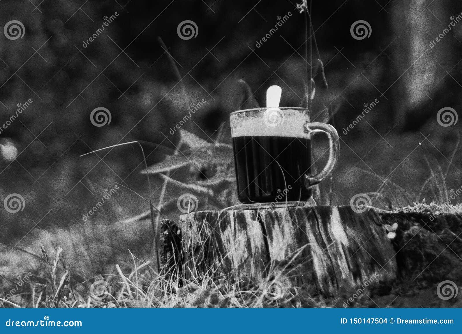 Retro analogowa fotografia filiżanka kawa na drzewnym fiszorku