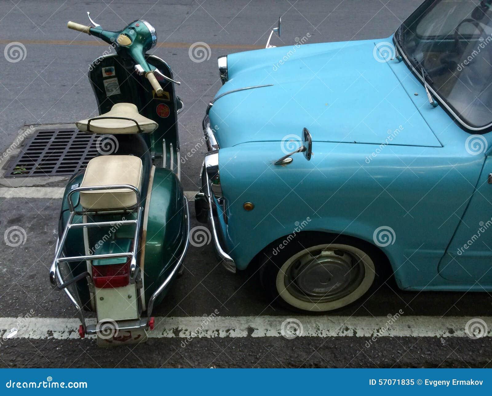 Retro auto dichtbij retro motor wordt geparkeerd die