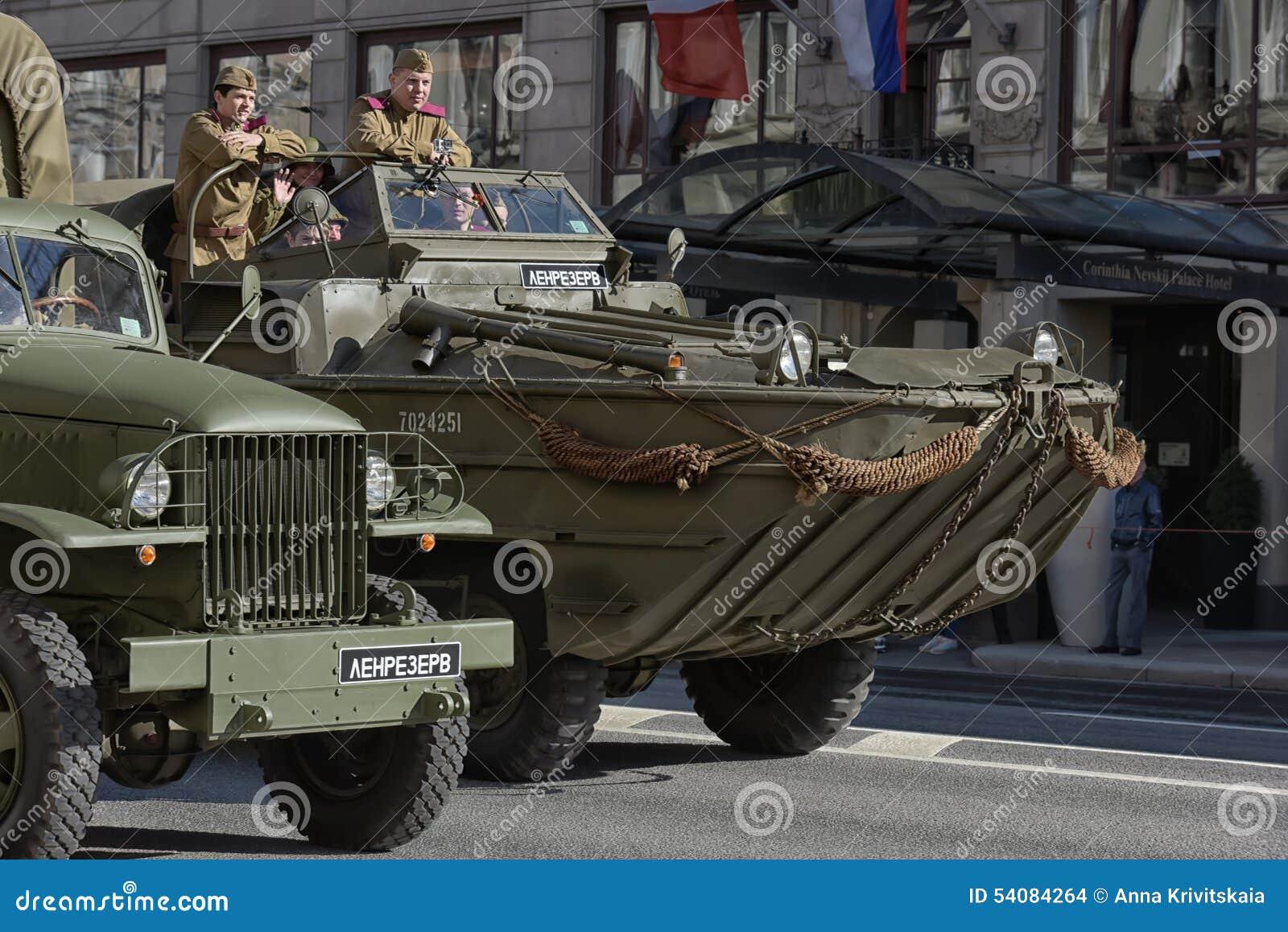 Retro auto op een militaire parade