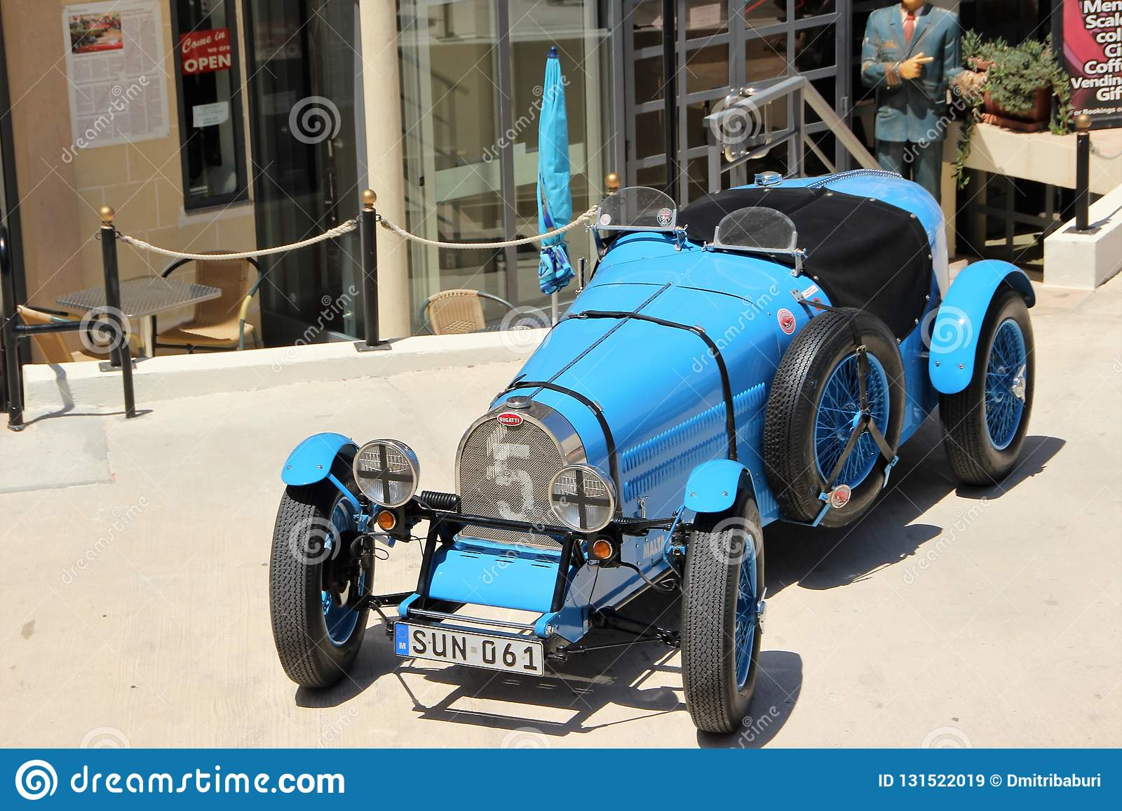 Retro automobile esibita per attirare i turisti vicino al museo dell automobile a Malta, Europa