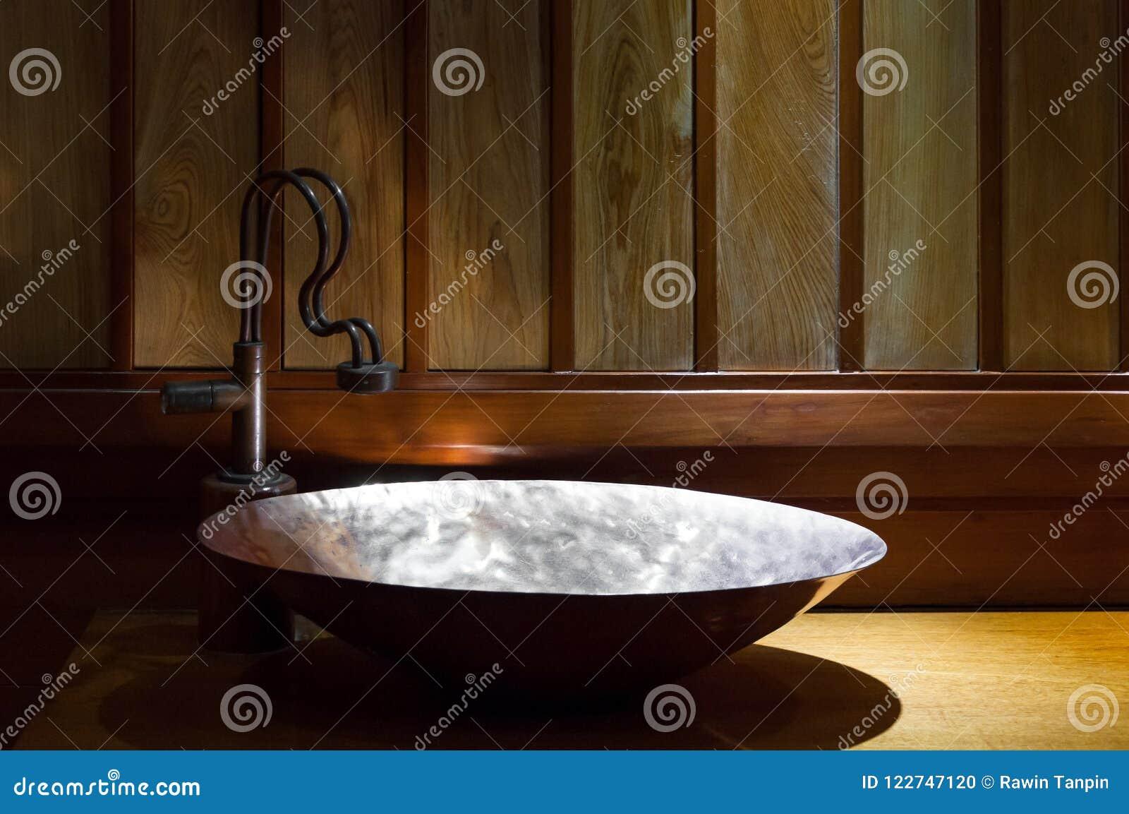 Progettare Il Bagno Di Casa : Retro bagno di stile vista del dettaglio del lavandino di rame di