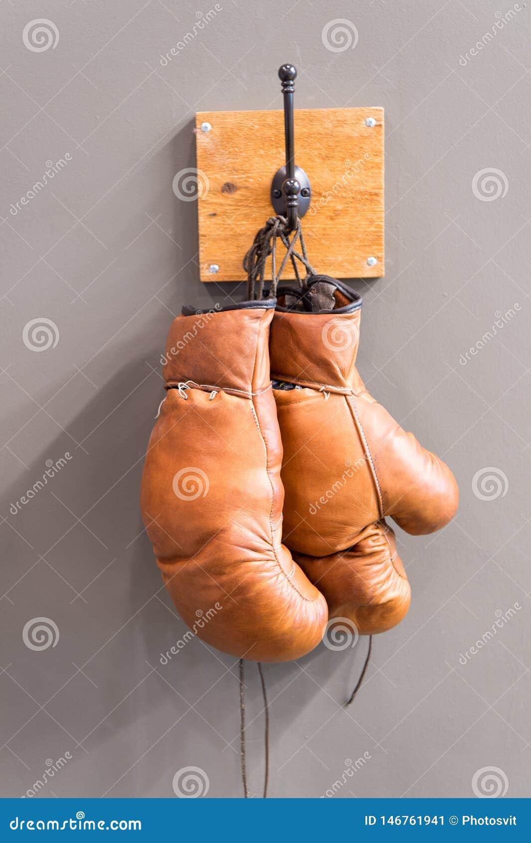 Retro bokserskie r?kawiczki Rocznika sporta wyposa?enie Bokserski poj?cie stare bokserskie rękawiczki na wieszaku historia sport