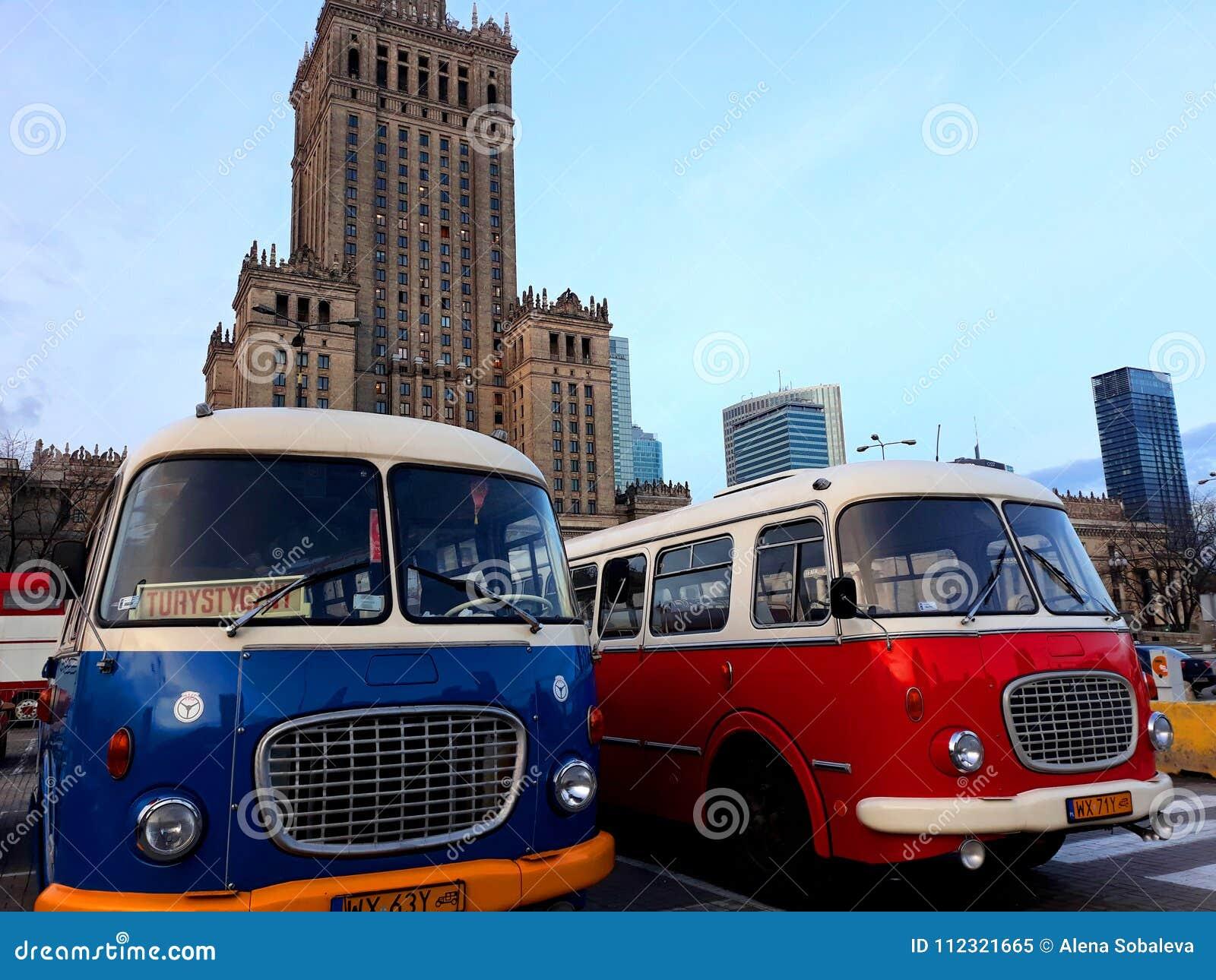 Retro bussen en het Paleis van Cultuur en Wetenschap