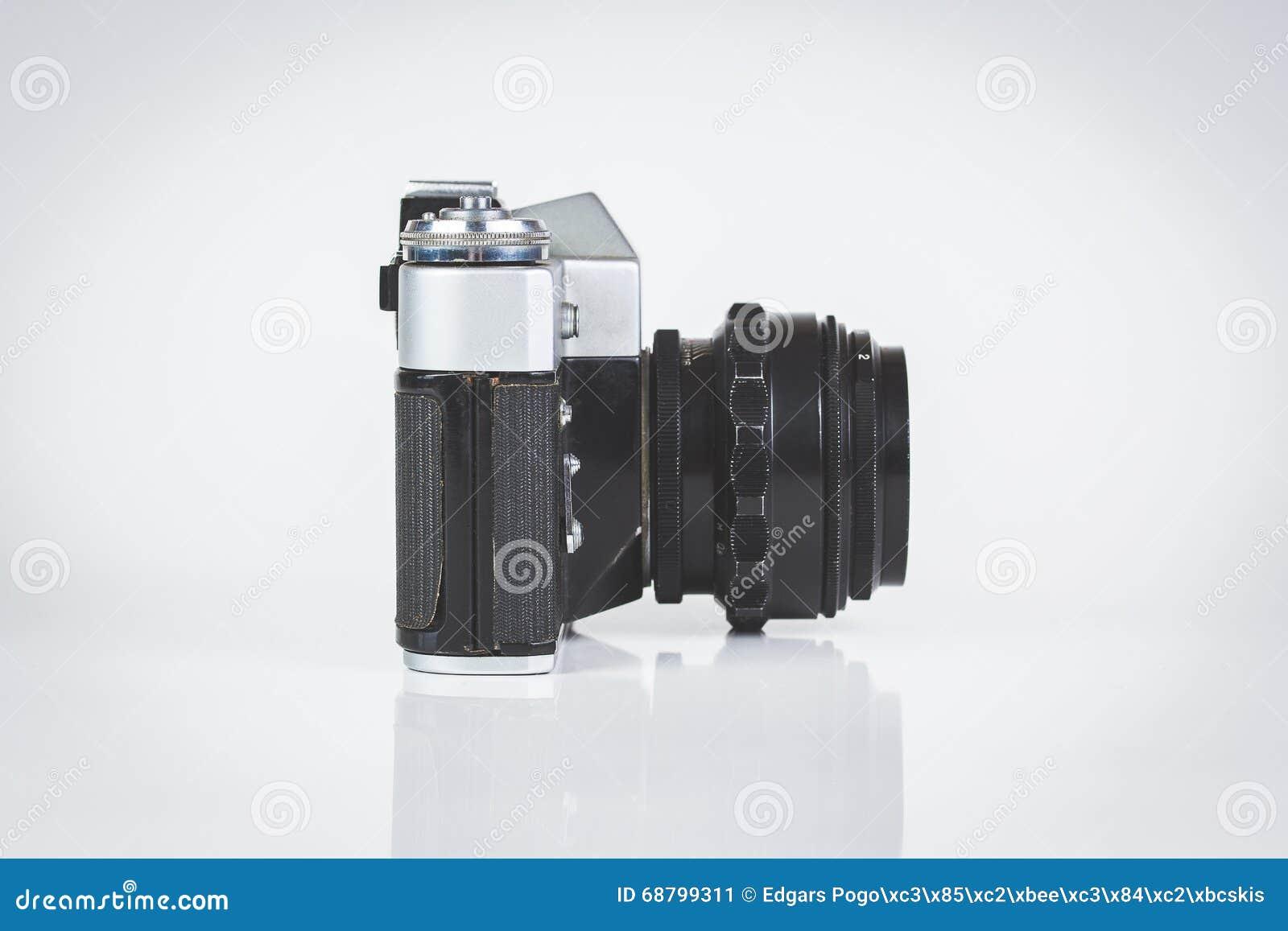 Retro camera die op wit wordt geïsoleerde