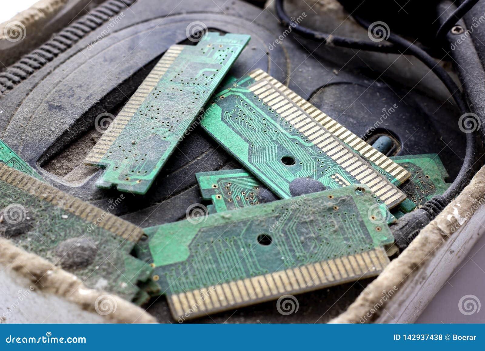 Retro console van Gamepad, van het controlemechanisme en van het spel behandelde vith vuil en stof Verouderd technologieënconcept