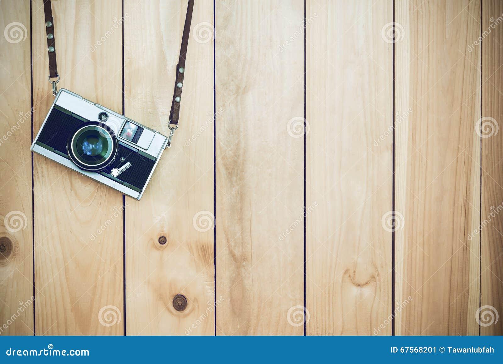 Retro ekranowe kamery trzyma dalej drewnianego tło z bezpłatnej kopii zdrojem