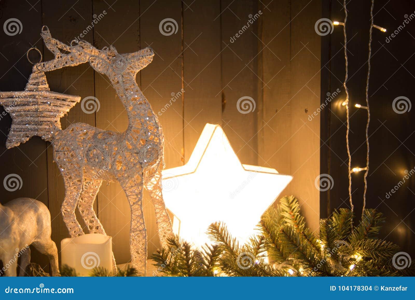 Retro fondo festivo con una stella e un cervo brucianti