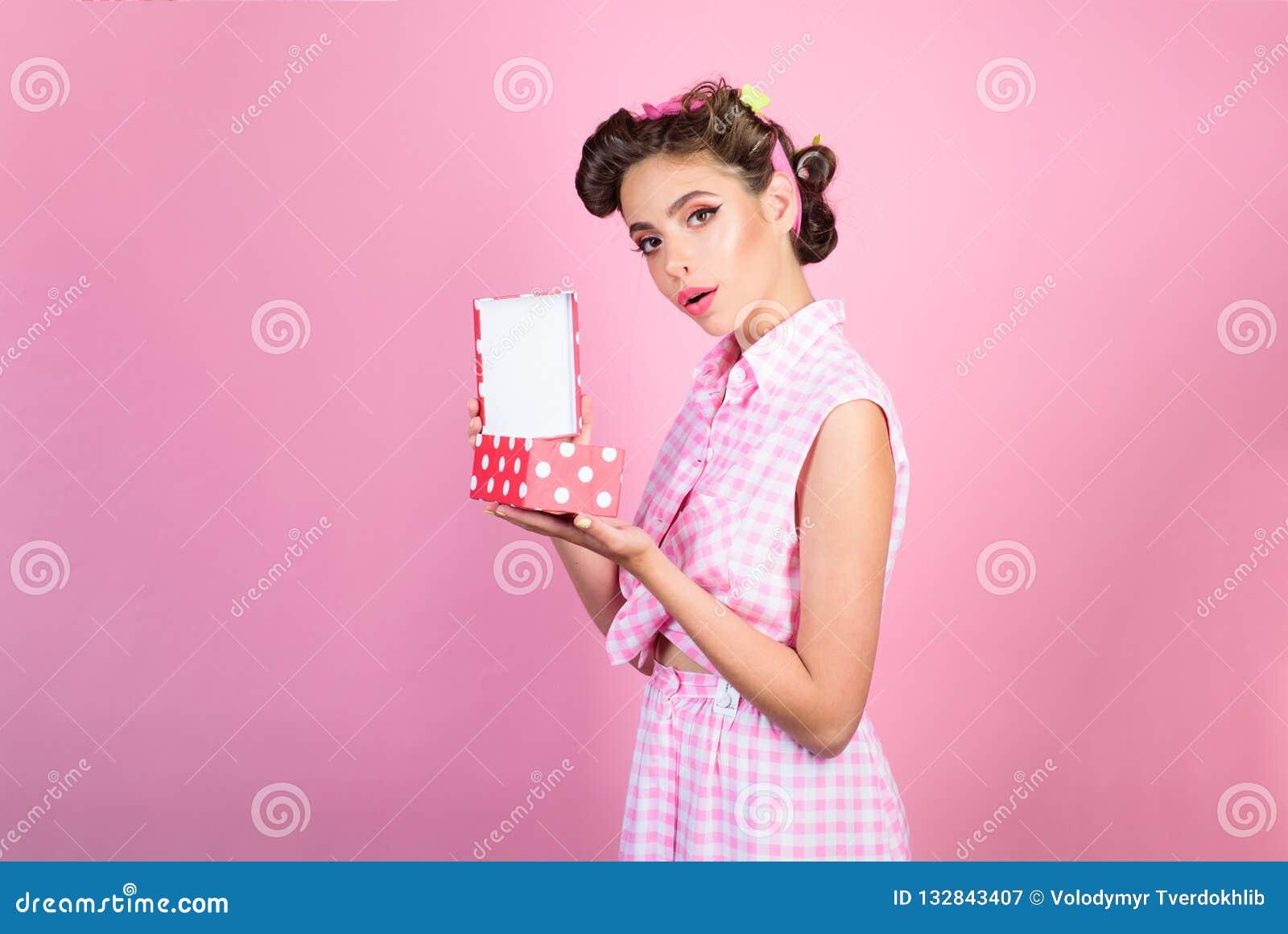 Retro- Frau auf berthday Partei Pinupmädchen mit dem Modehaar Alles Gute zum Geburtstag Parteifeier Stift herauf Frau mit modisch