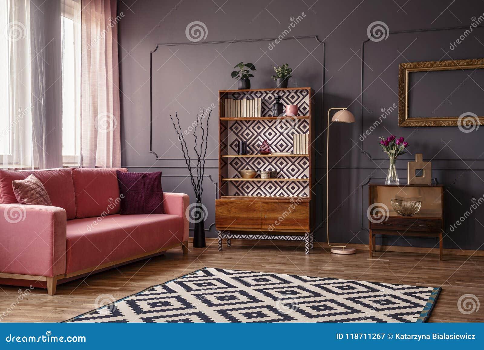 Retro houten kast met boeken en decoratie die zich in dar bevinden
