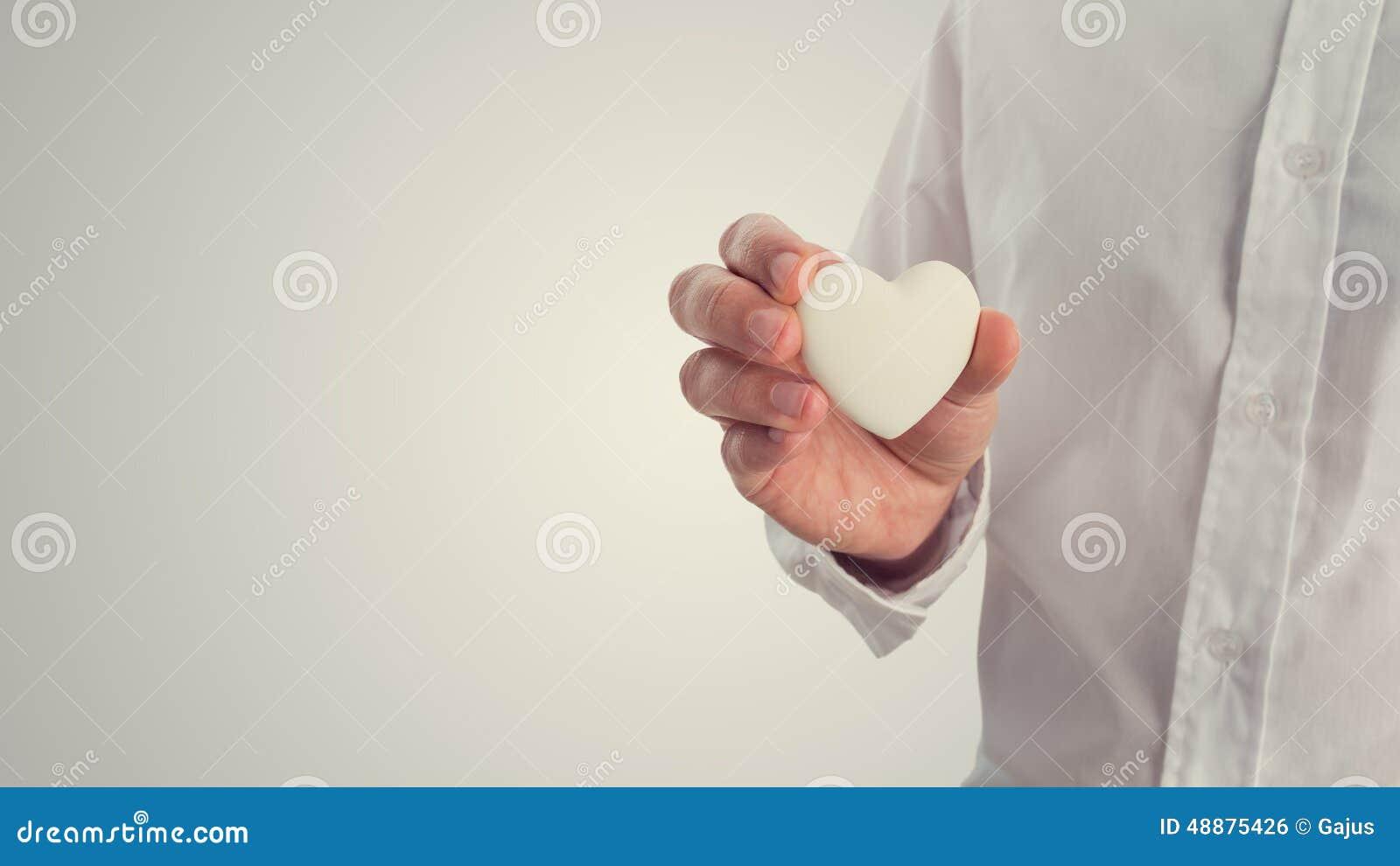 Retro immagine di un uomo che tiene un cuore bianco