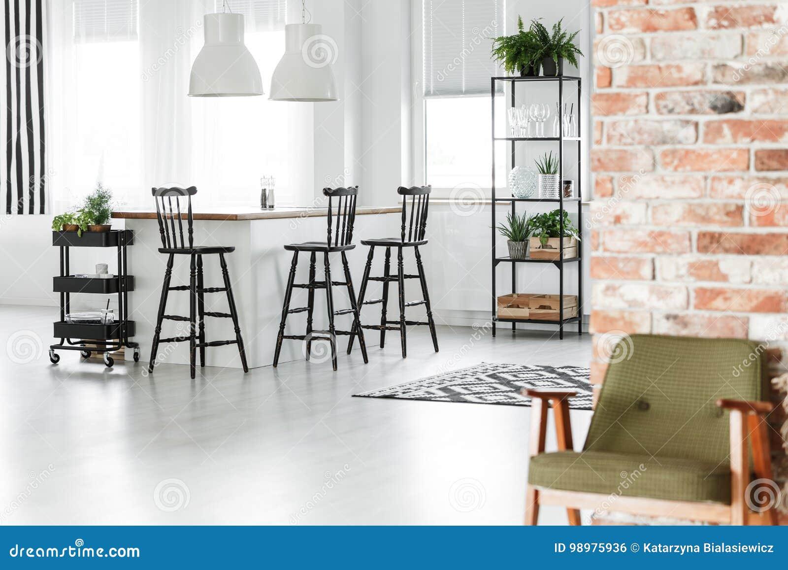 Fesselnde Retro Küche Galerie Von Retro- Küche Mit Roter Wand Stockfoto -