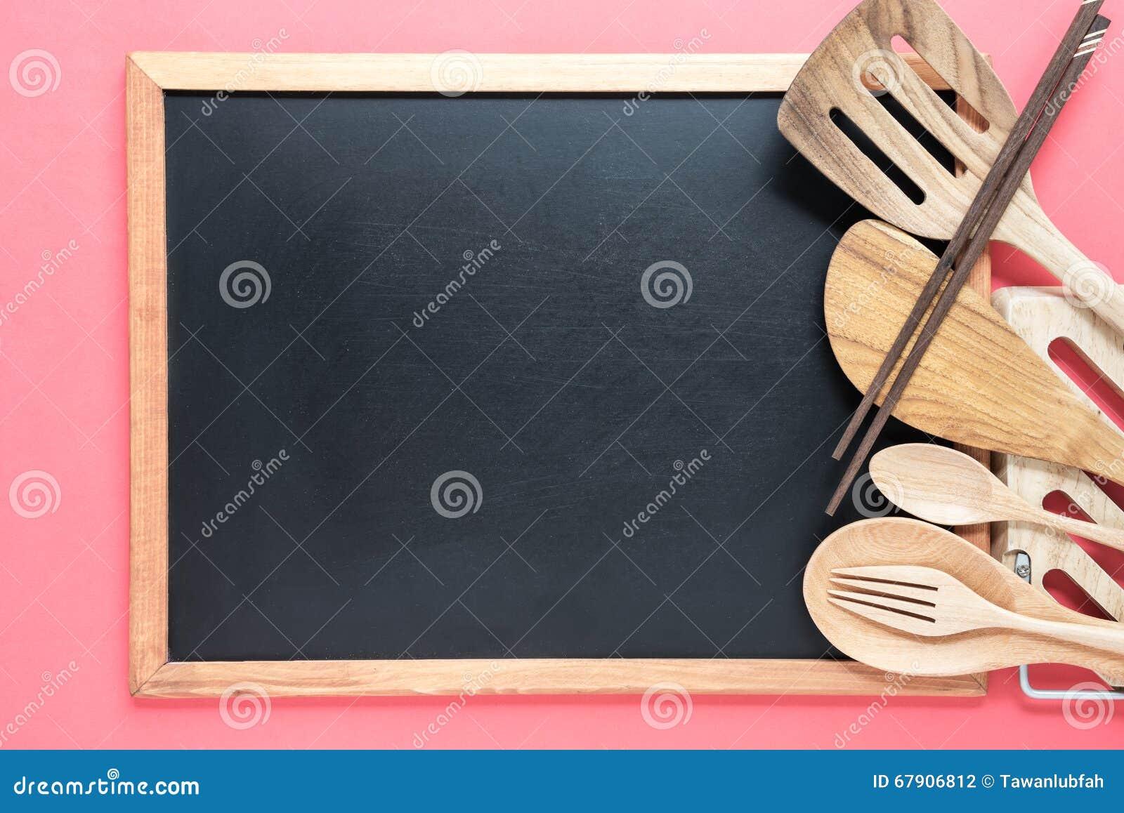 Retro Kühlschrank Rosa : Retro küchengeräte mit leerer tafel auf rosa hintergrund