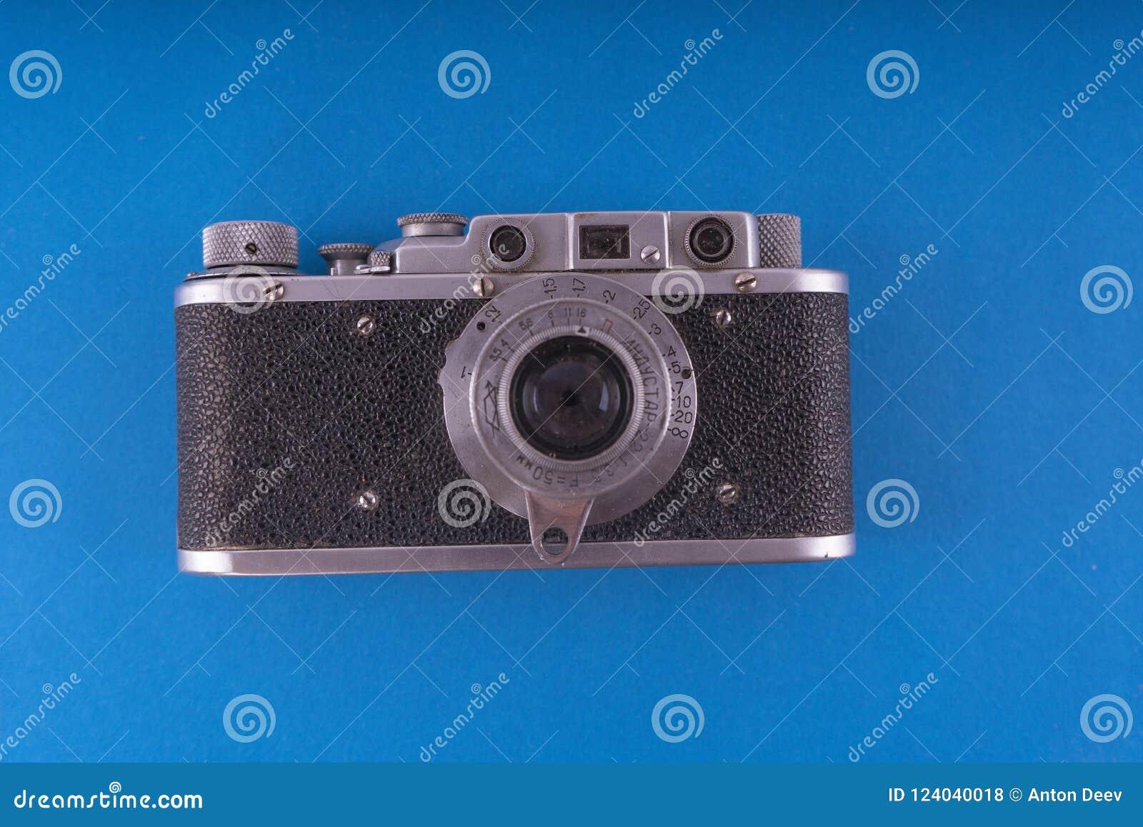 Retro kamera i en plan stil Tappningkamera på en kulör bakgrund gammal rem för kamera Isolerad antik kamera