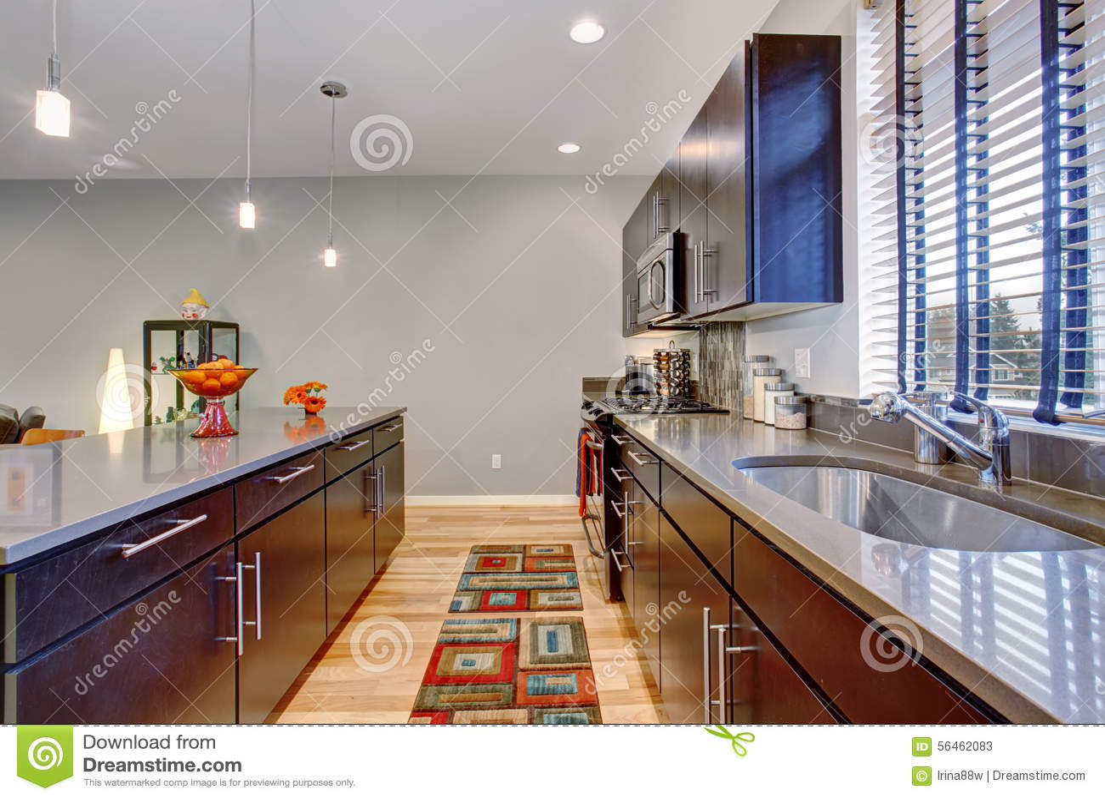 Moderne Retro Keuken : Retro keuken met moderne draai samen met hardhoutvloer stock