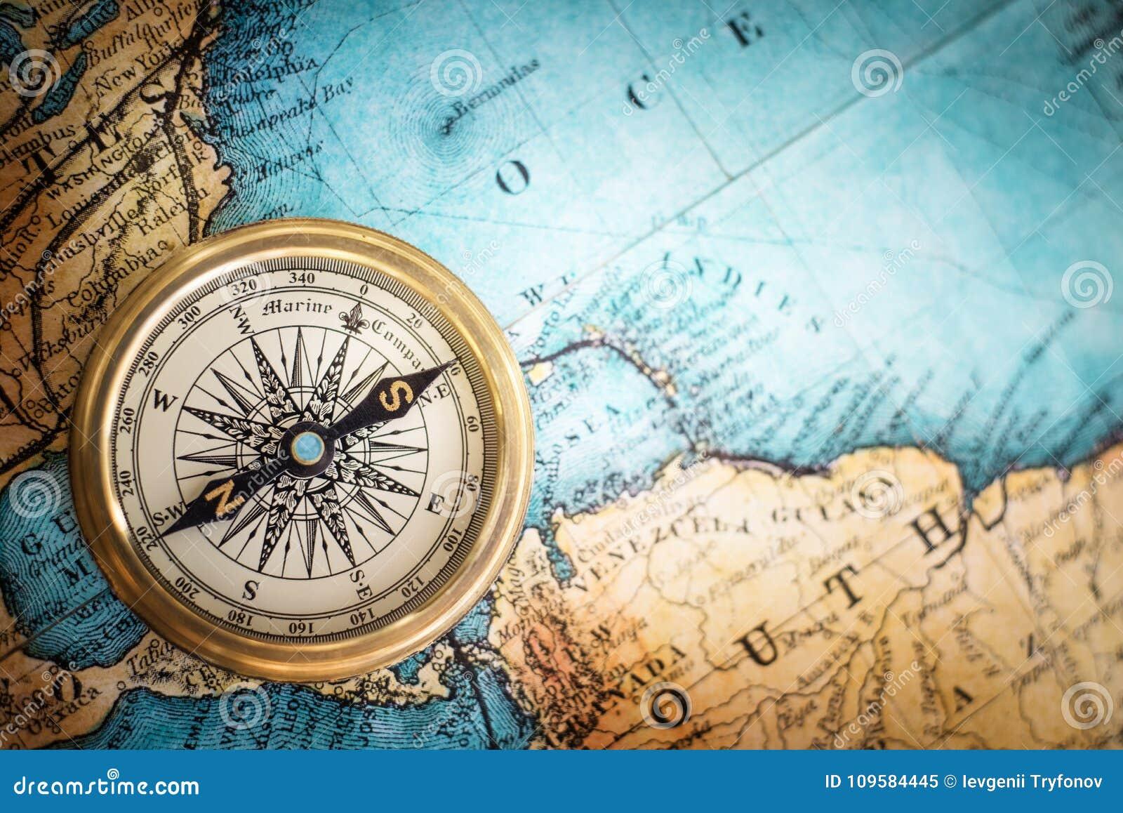 Retro- Kompass der alten Weinlese auf altem Kartenhintergrund