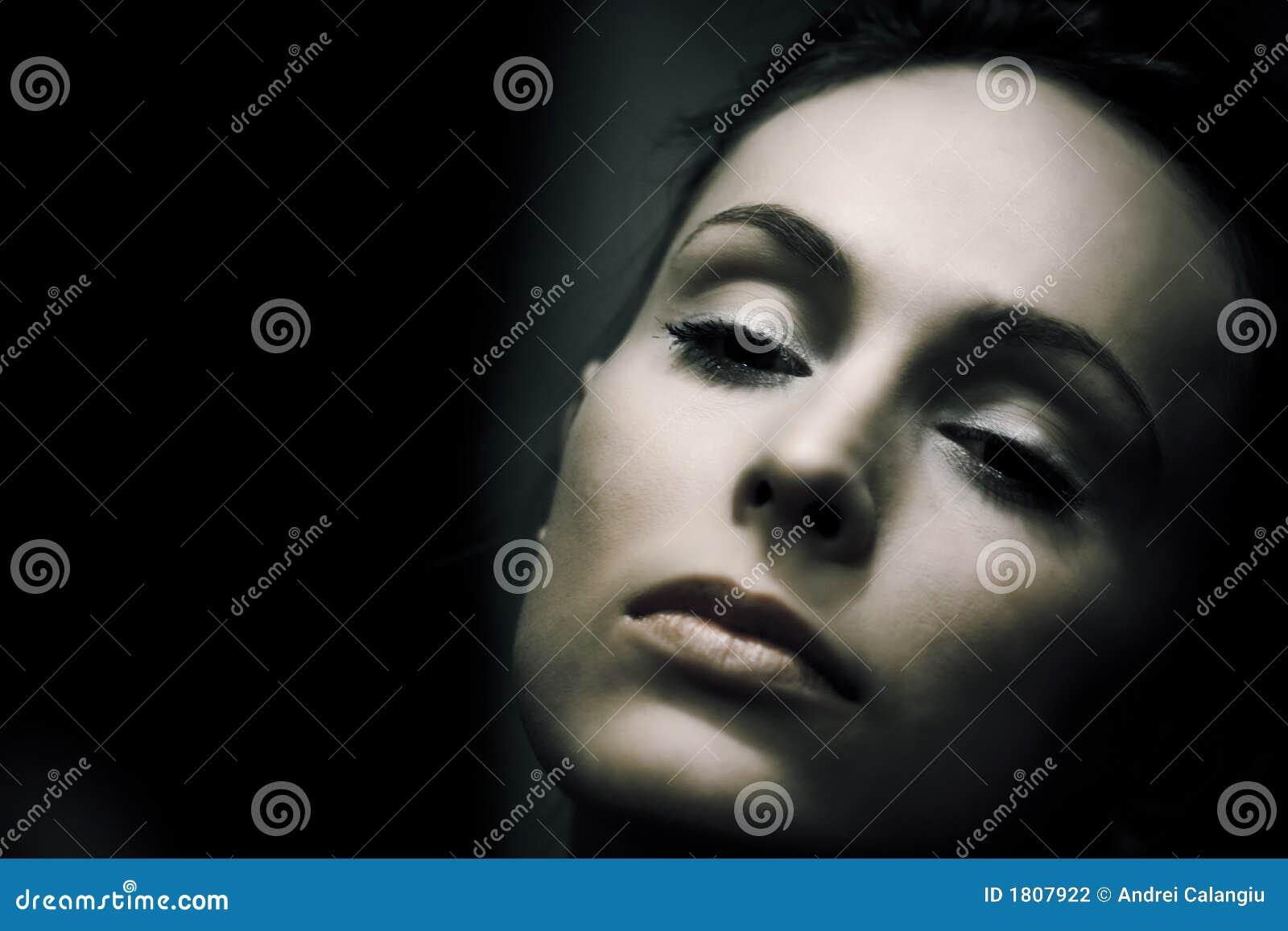 Retro kvinna för closeupstående