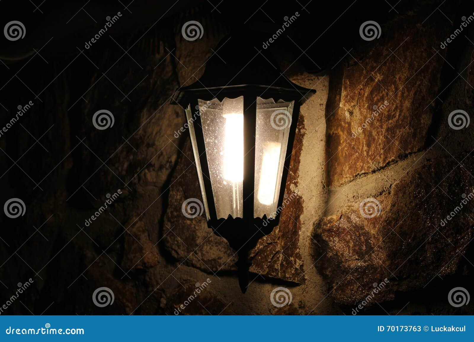 Download Retro  Lampe Auf Steinwand Nachts Stockbild   Bild Von Rampart,  Weinlese: 70173763