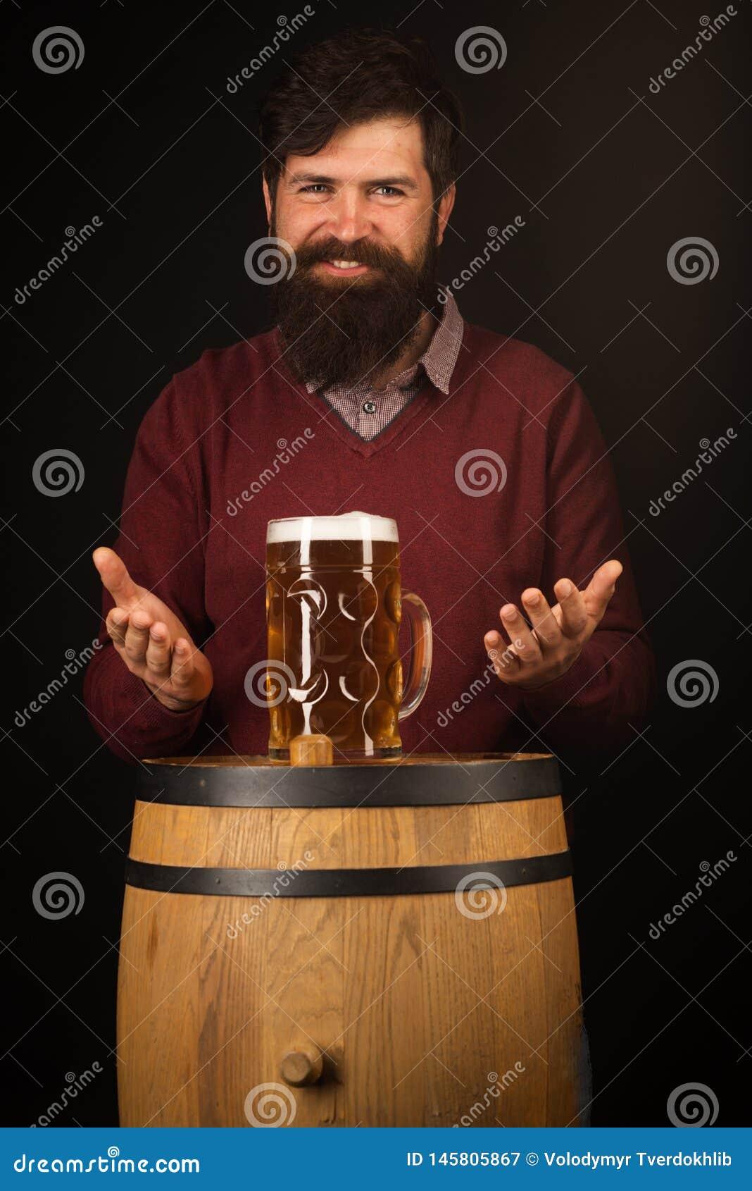 Retro m??czyzna z piwem Szczęśliwy piwowar na Piwnej baryłce z piwnymi szkłami Piwo