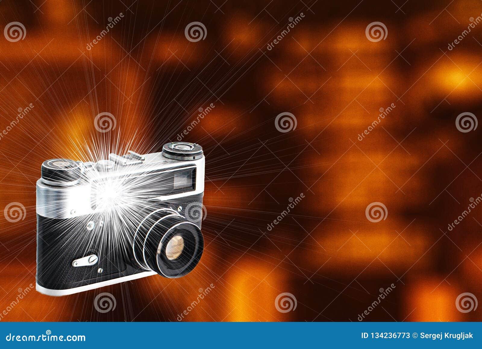 Retro macchina fotografica con un flash incorporato e un bello fondo