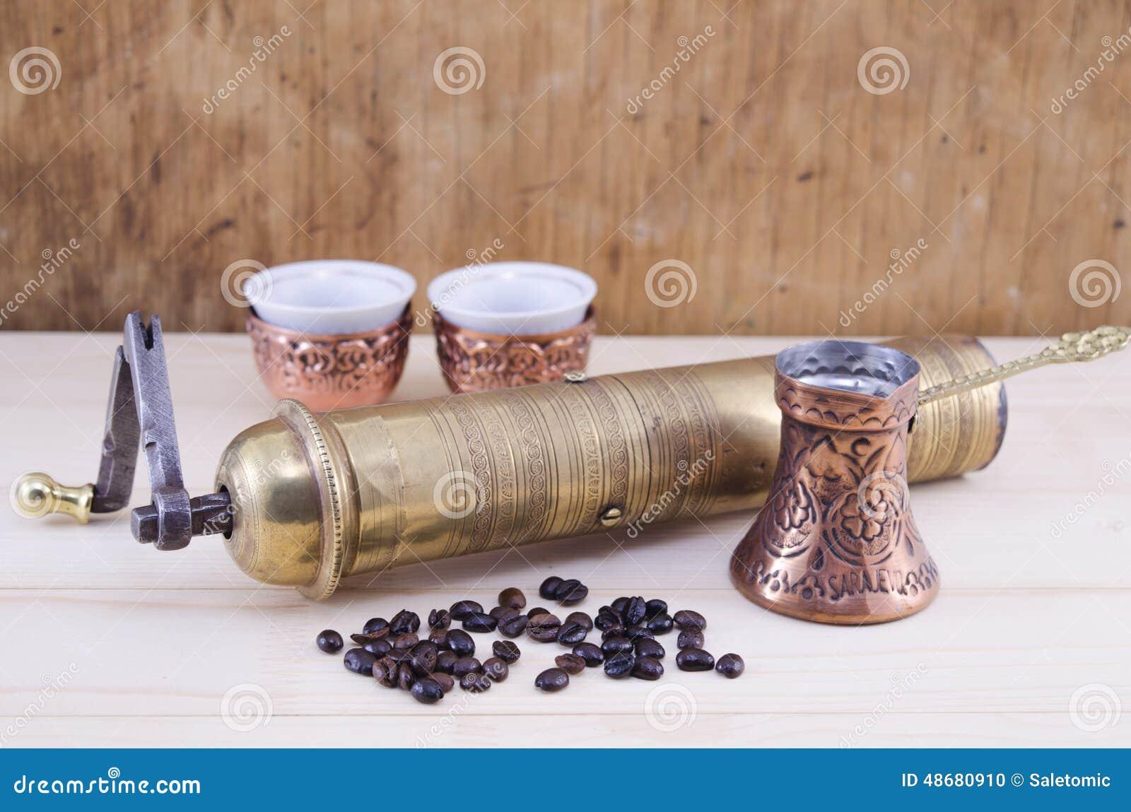Retro macinacaff e un insieme di caff turco fotografia for Mobilia e un insieme di