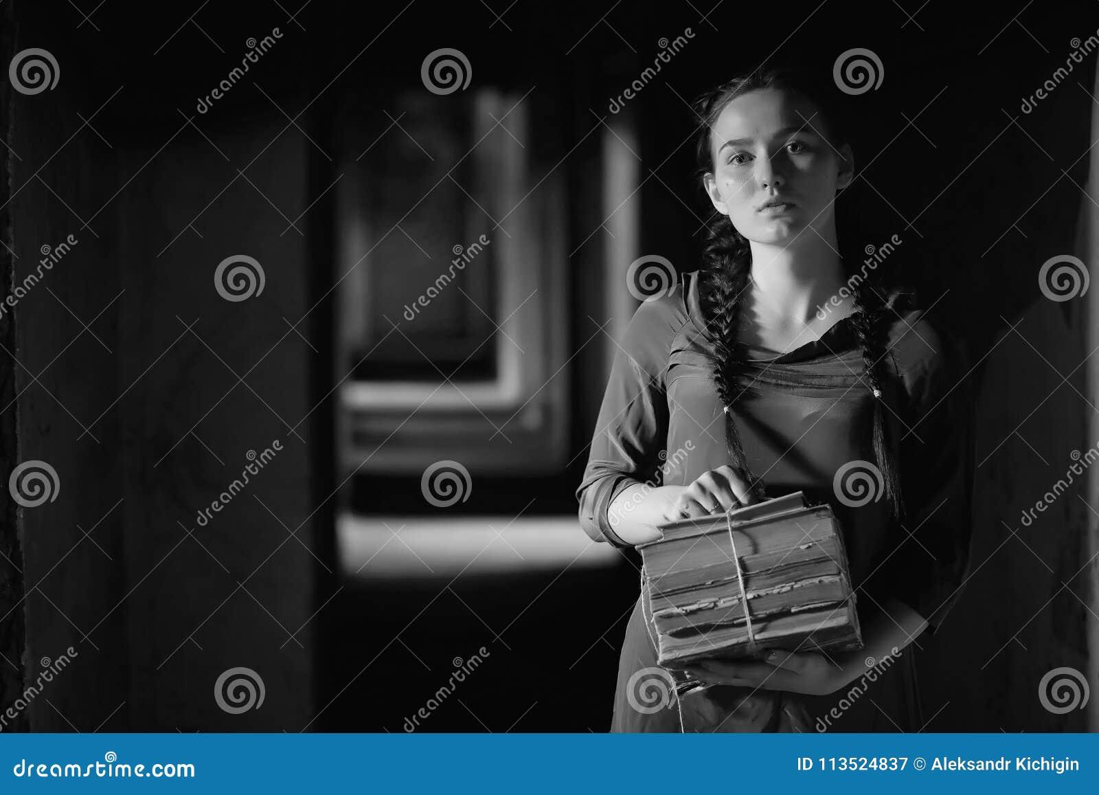 Retro meisje in de oude boeken van de huislezing