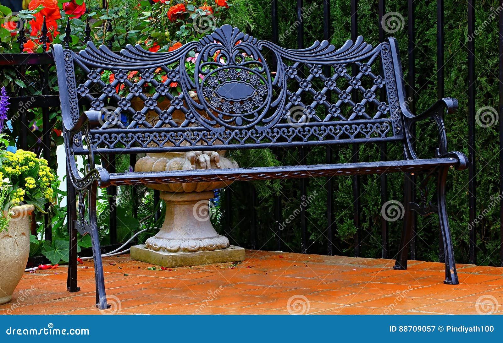 Retro- Metallbank In Einem Garten Stockbild - Bild von elegant ...