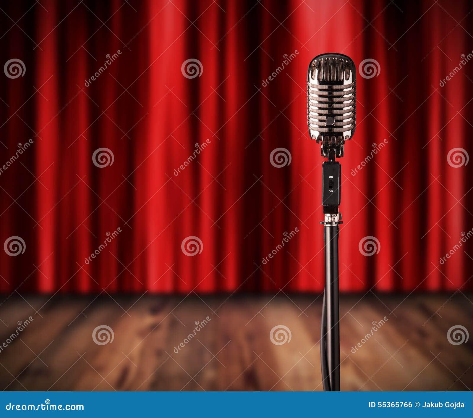 Retro microfono con la tenda rossa