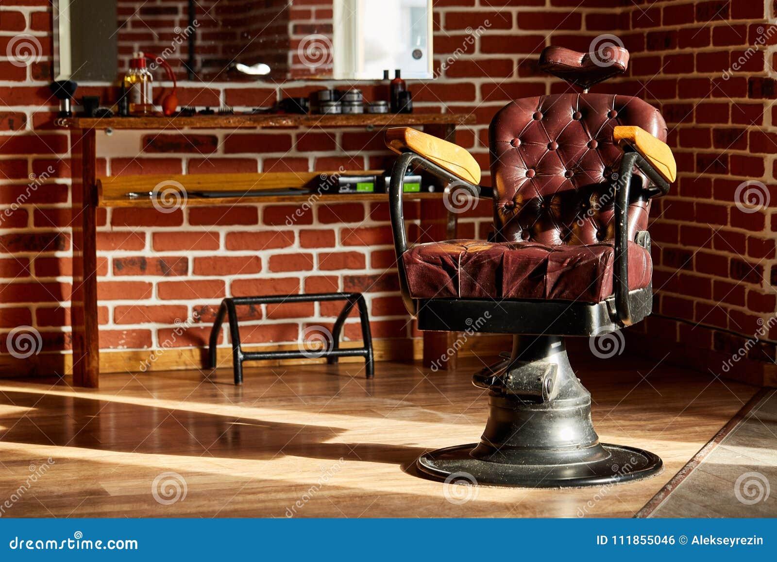 Retro negozio di barbiere della sedia di cuoio nello stile d annata Tema del parrucchiere