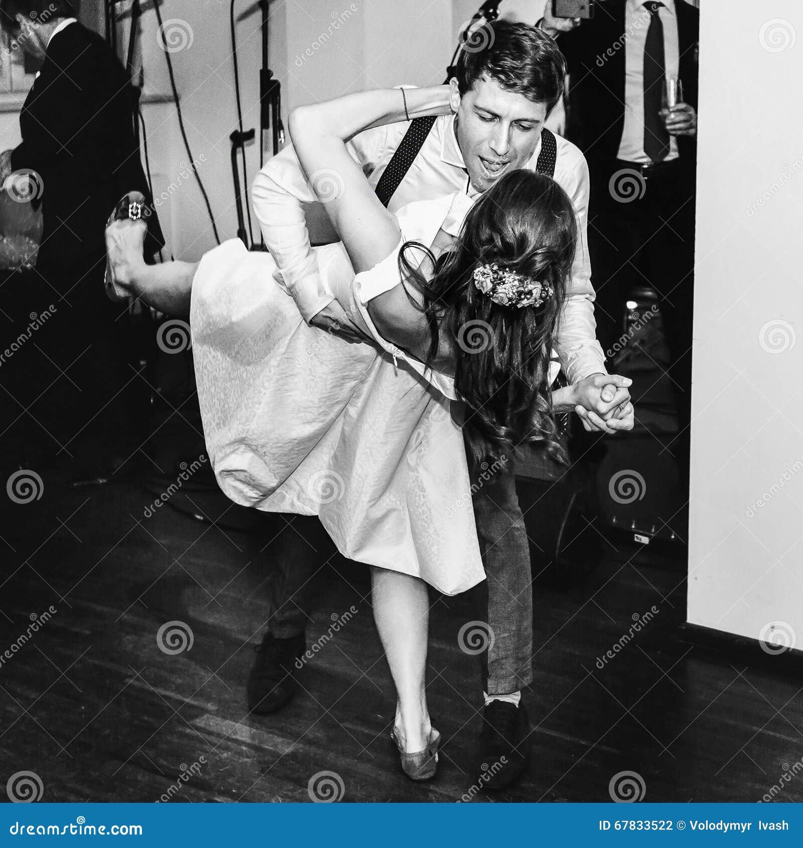 Retro oscillazione alla moda di ballo di nozze di dancing dello sposo e della sposa prima