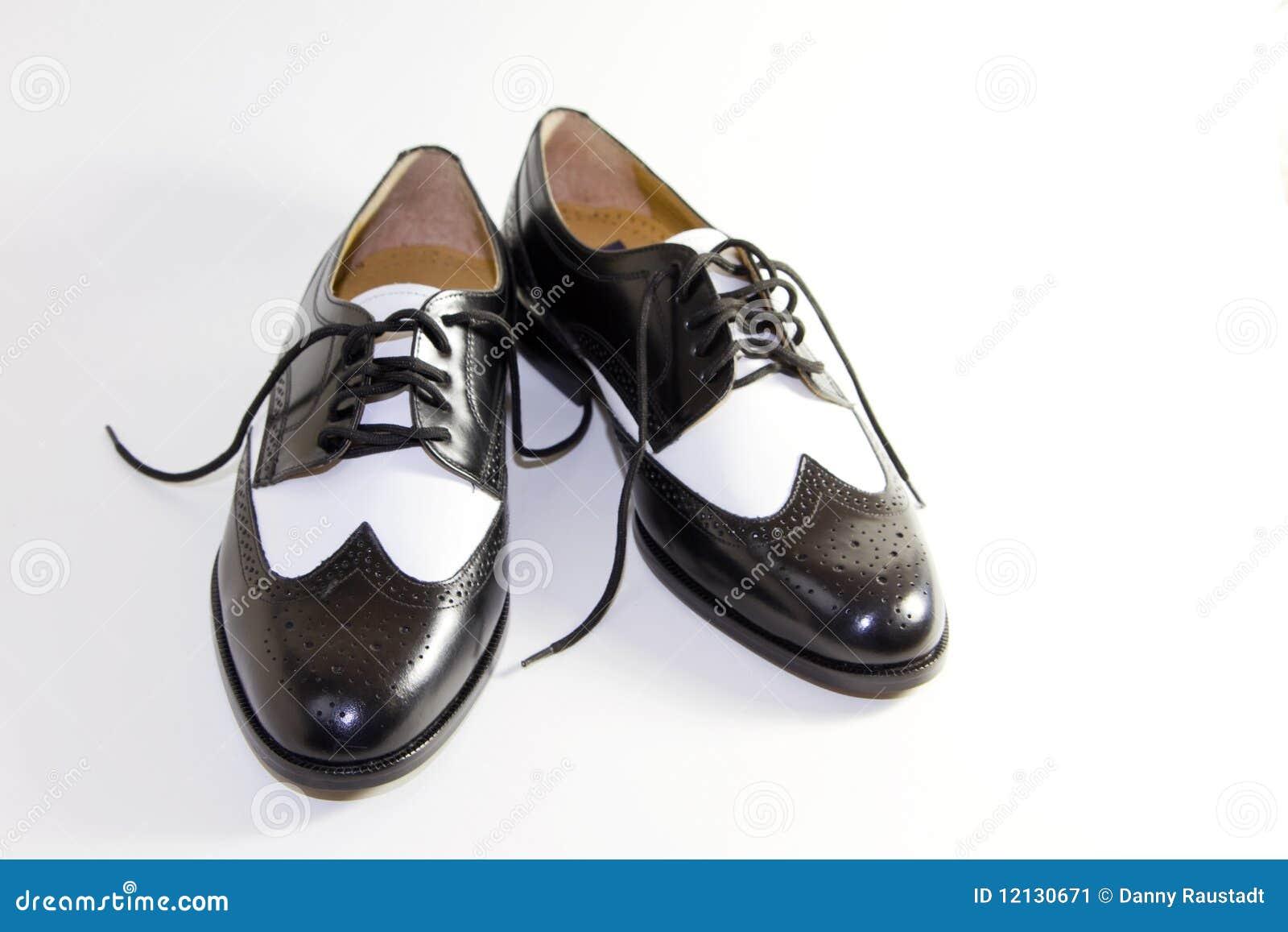 Retro pattini di vestito di cuoio in bianco e nero degli uomini
