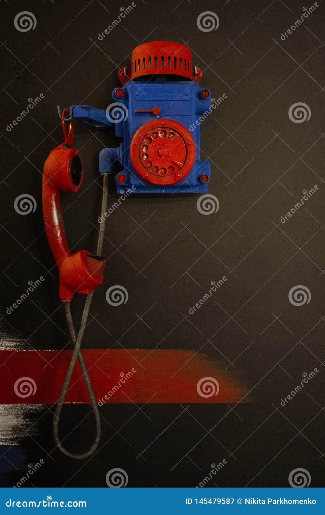 Retro payphone w czerwonym i b??kitnym kolorze