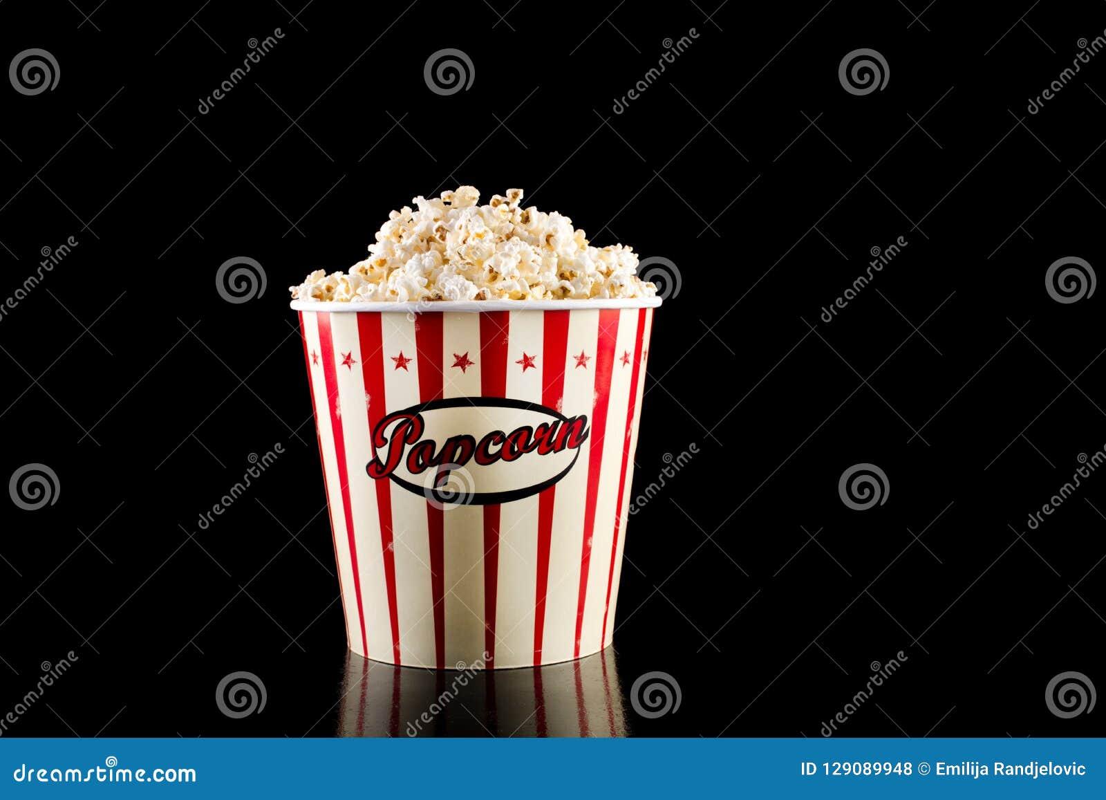 Retro popcornask i röd och vit färg och fullt med popcorn