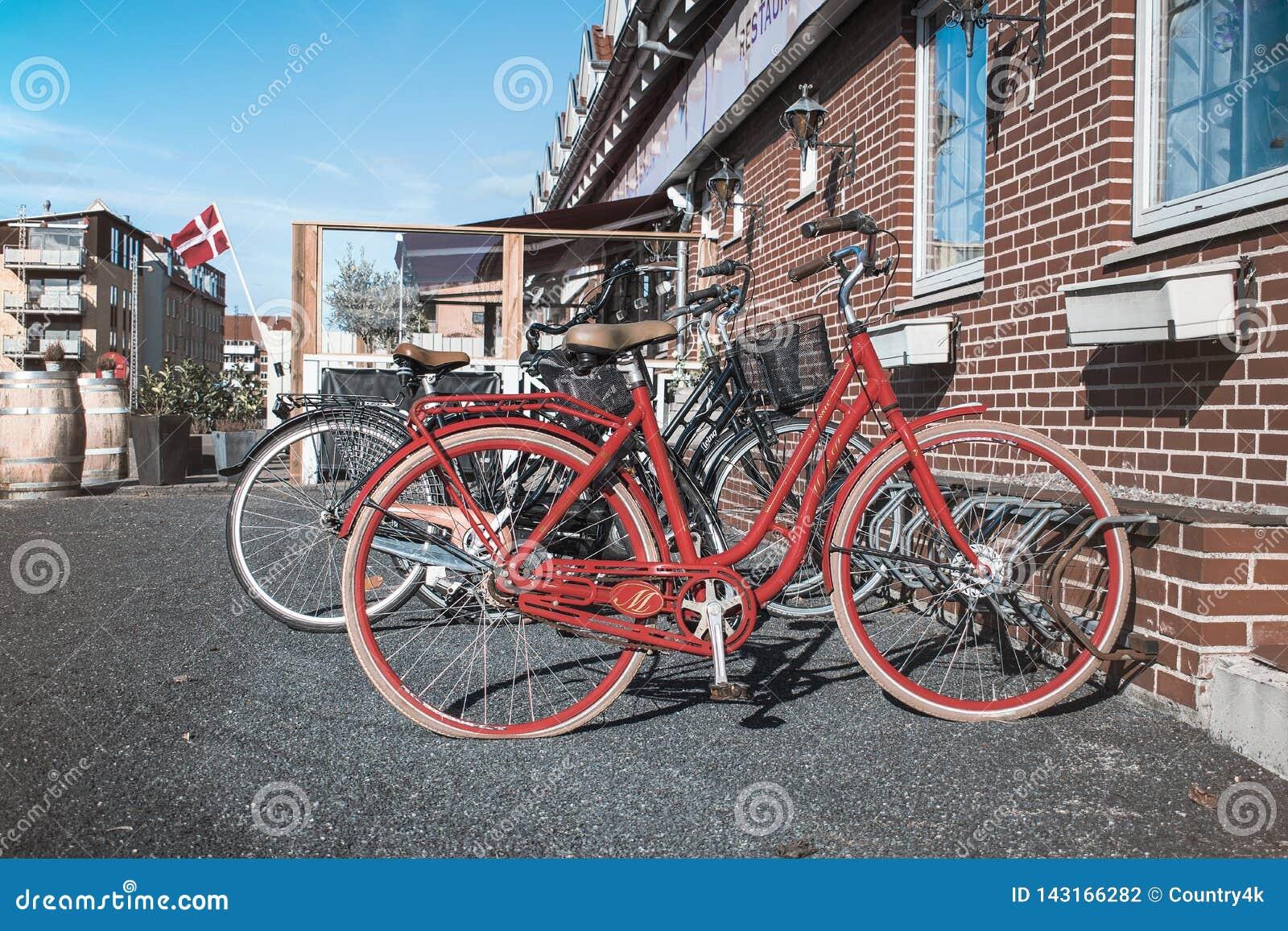 Retro röd cykel på gatan nära kafét