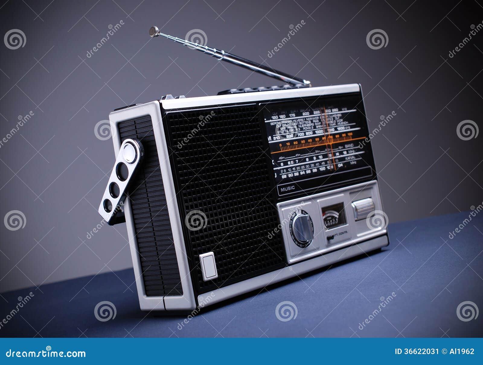 Retro radio med den gråa bakgrunden