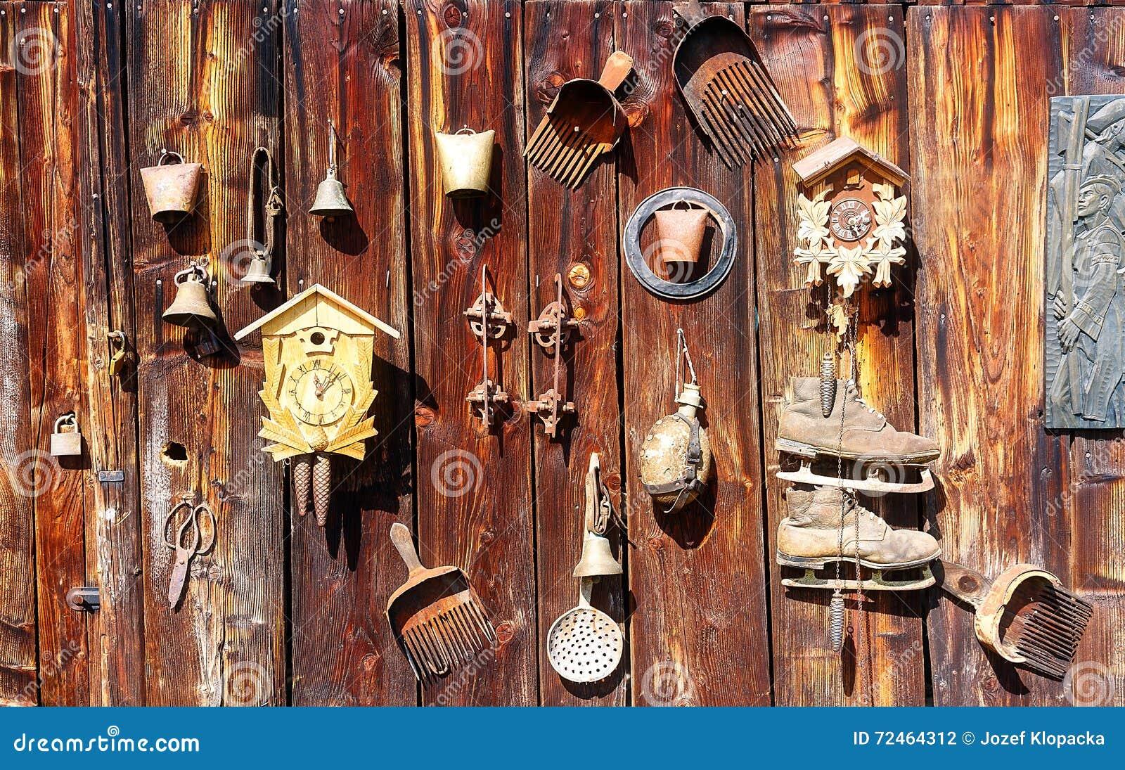Orologio di parete di legno antico - Parete di legno ...