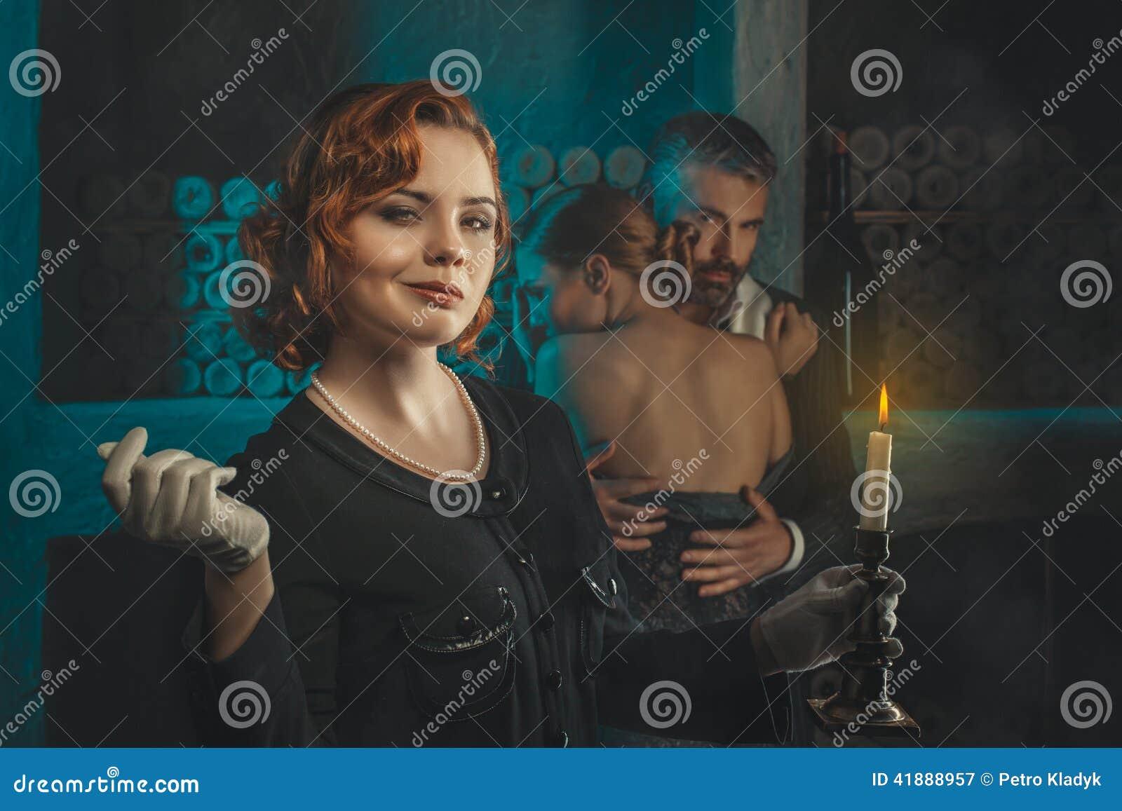 Retro ragazza con una candela