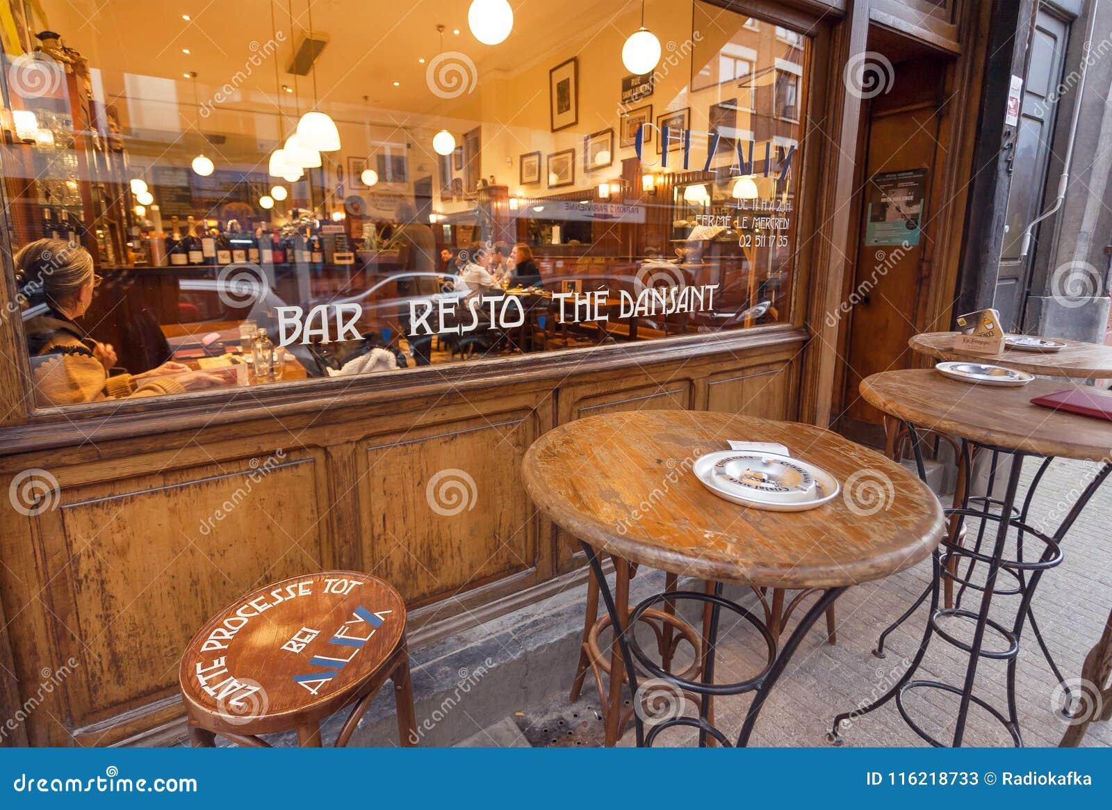 Retro- Restaurantfenster mit Trinkern und essen Leuten und Tabellen für draußen rauchen