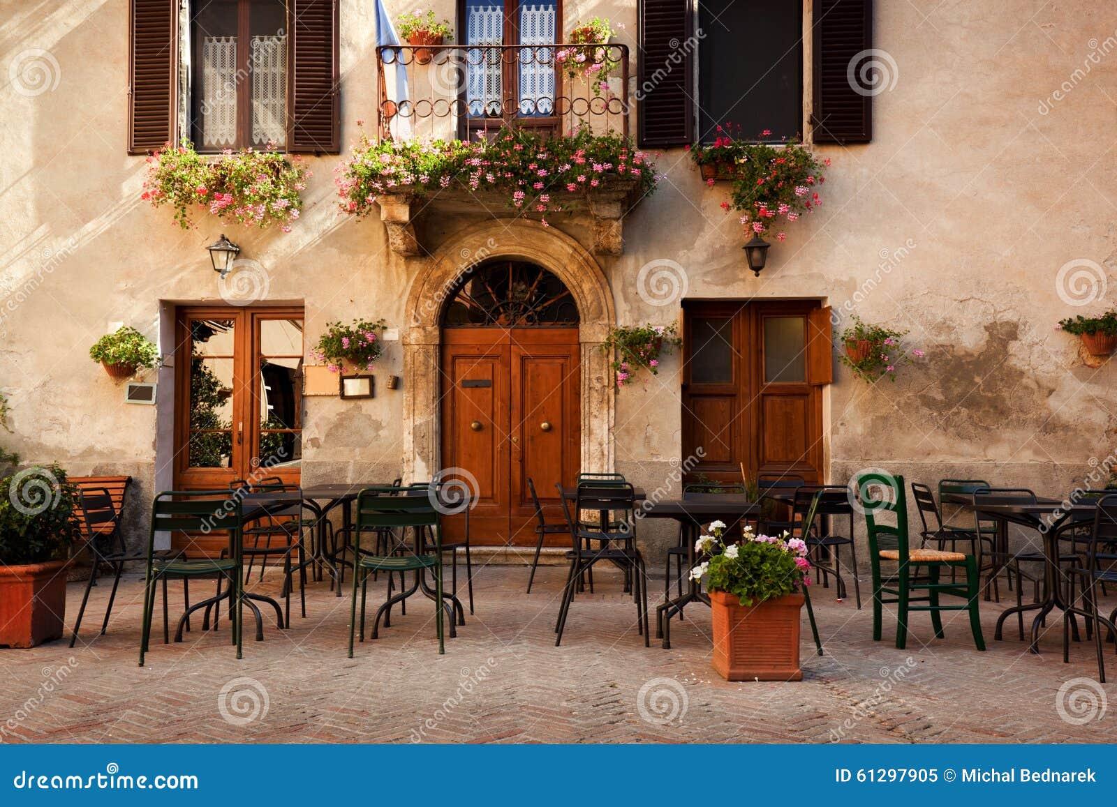 Retro romantisk restaurang, kafé i en liten italiensk stad italy tappning